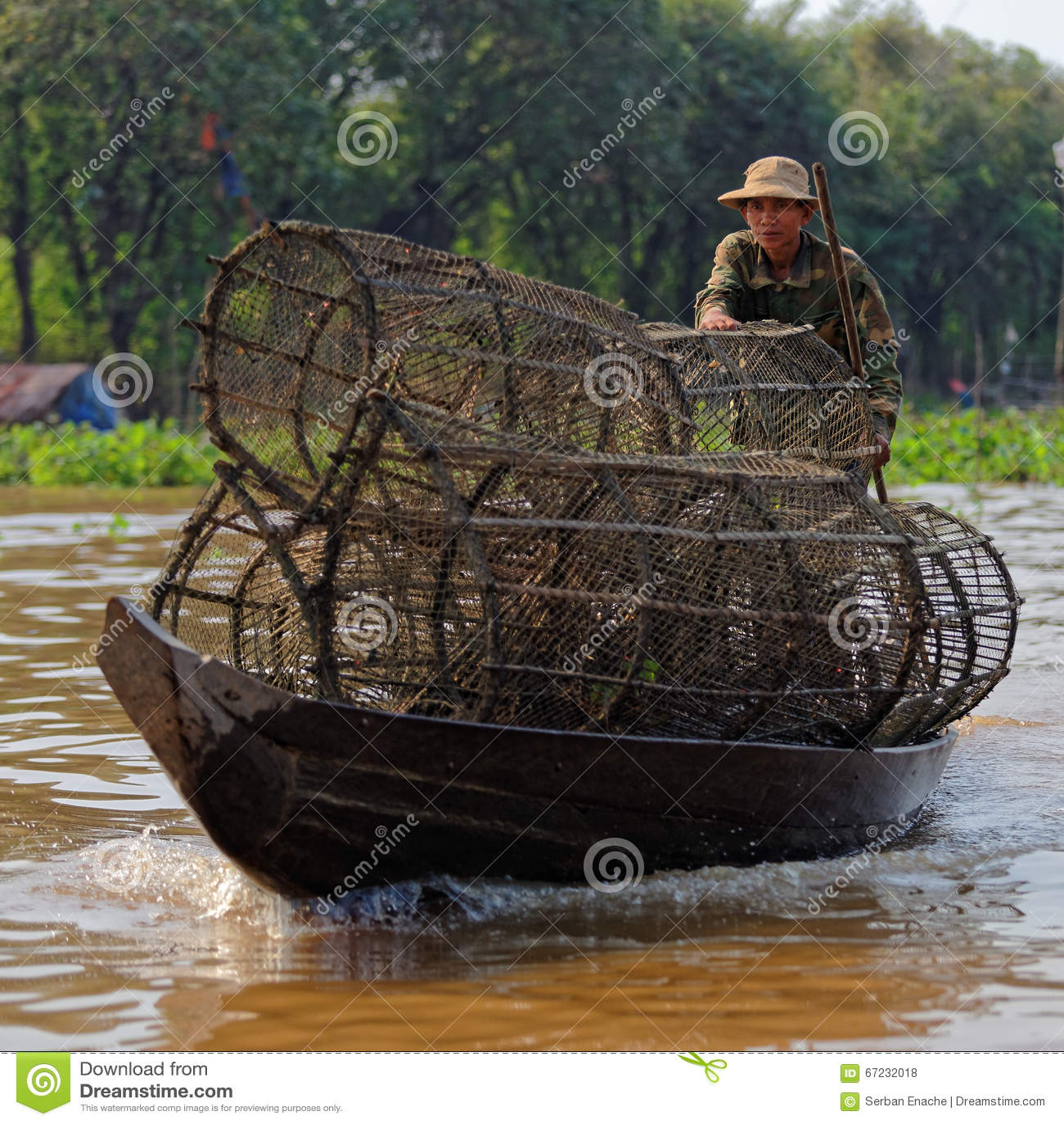 Pescador com armadilhas, seiva de Tonle, Camboja