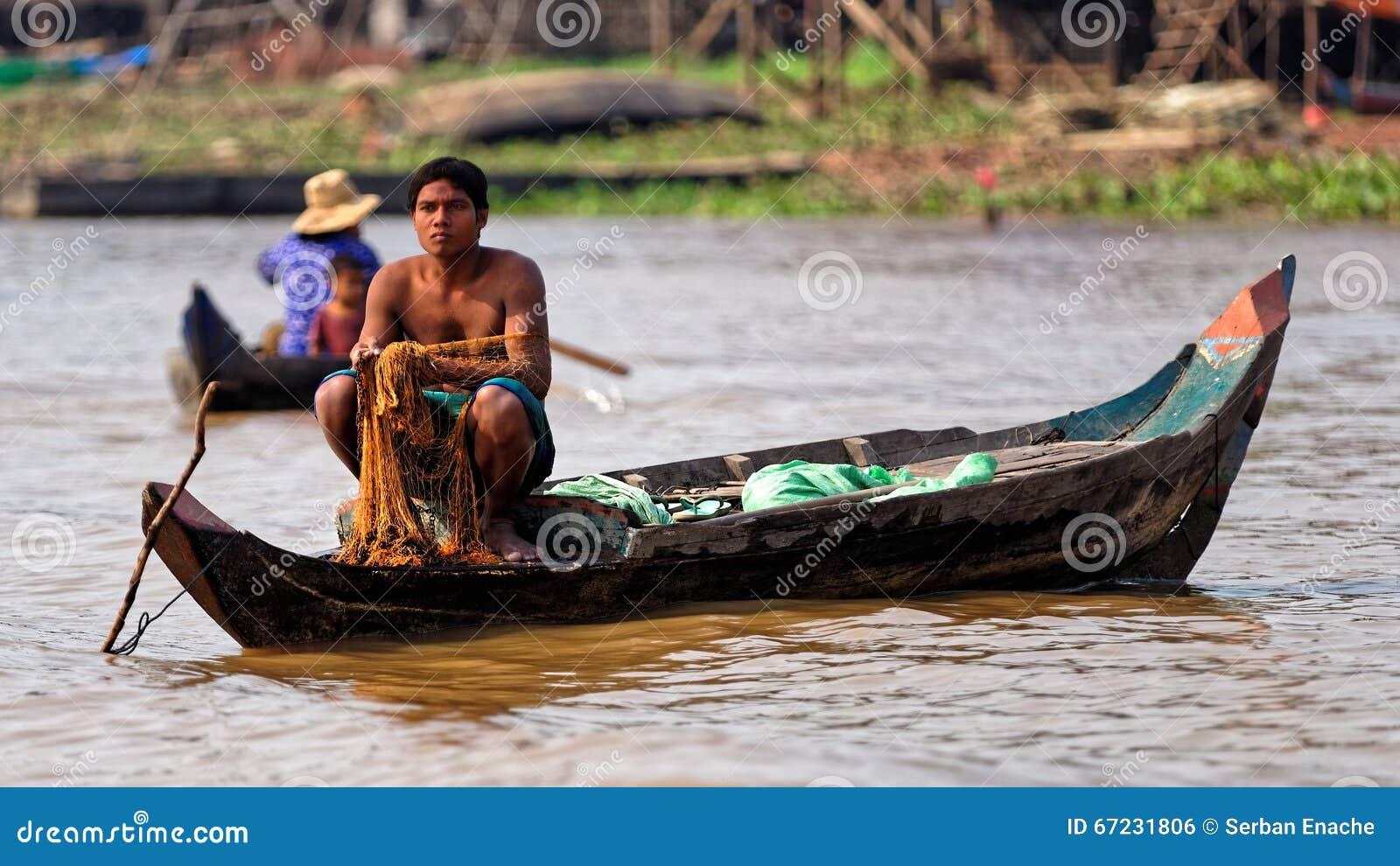Pescador com rede, seiva de Tonle, Camboja