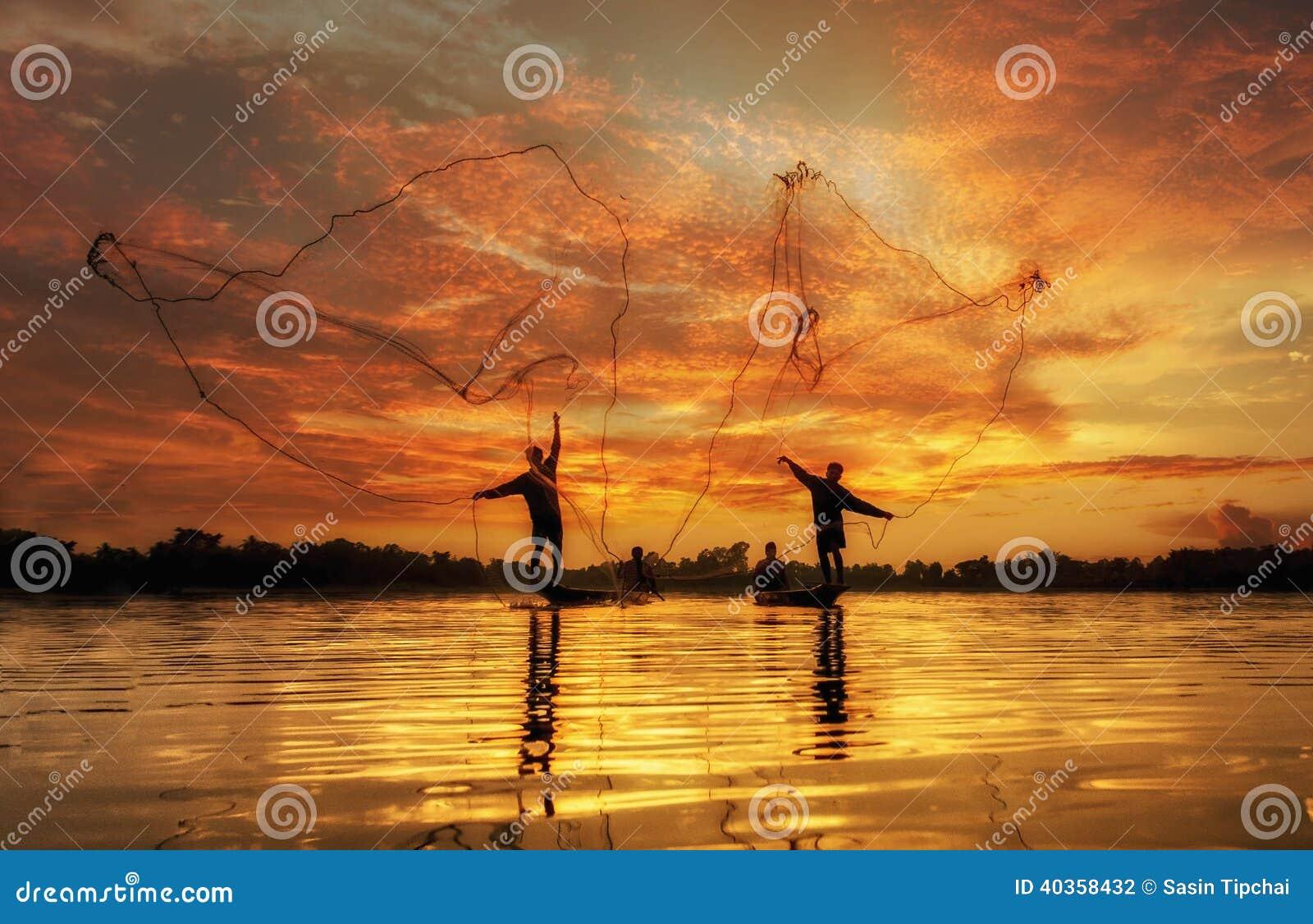 Pescador del lago en la acción al pescar