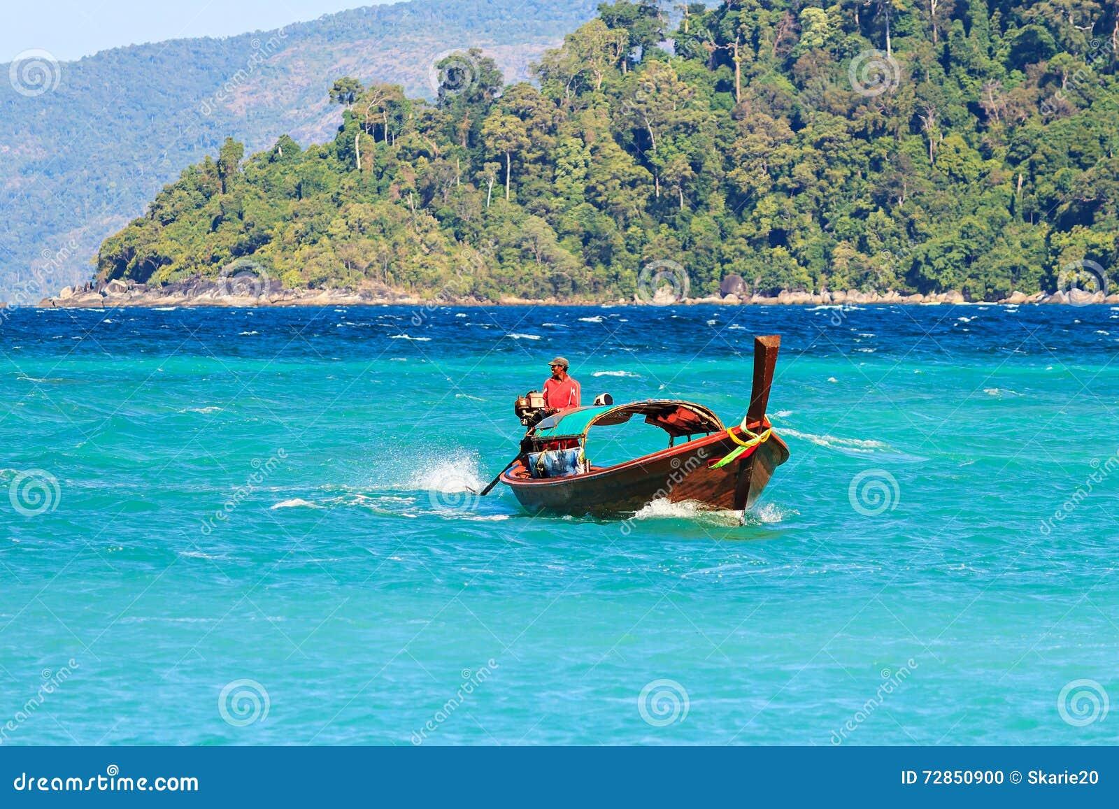 Pescador e barco não identificados na ilha de Lipe