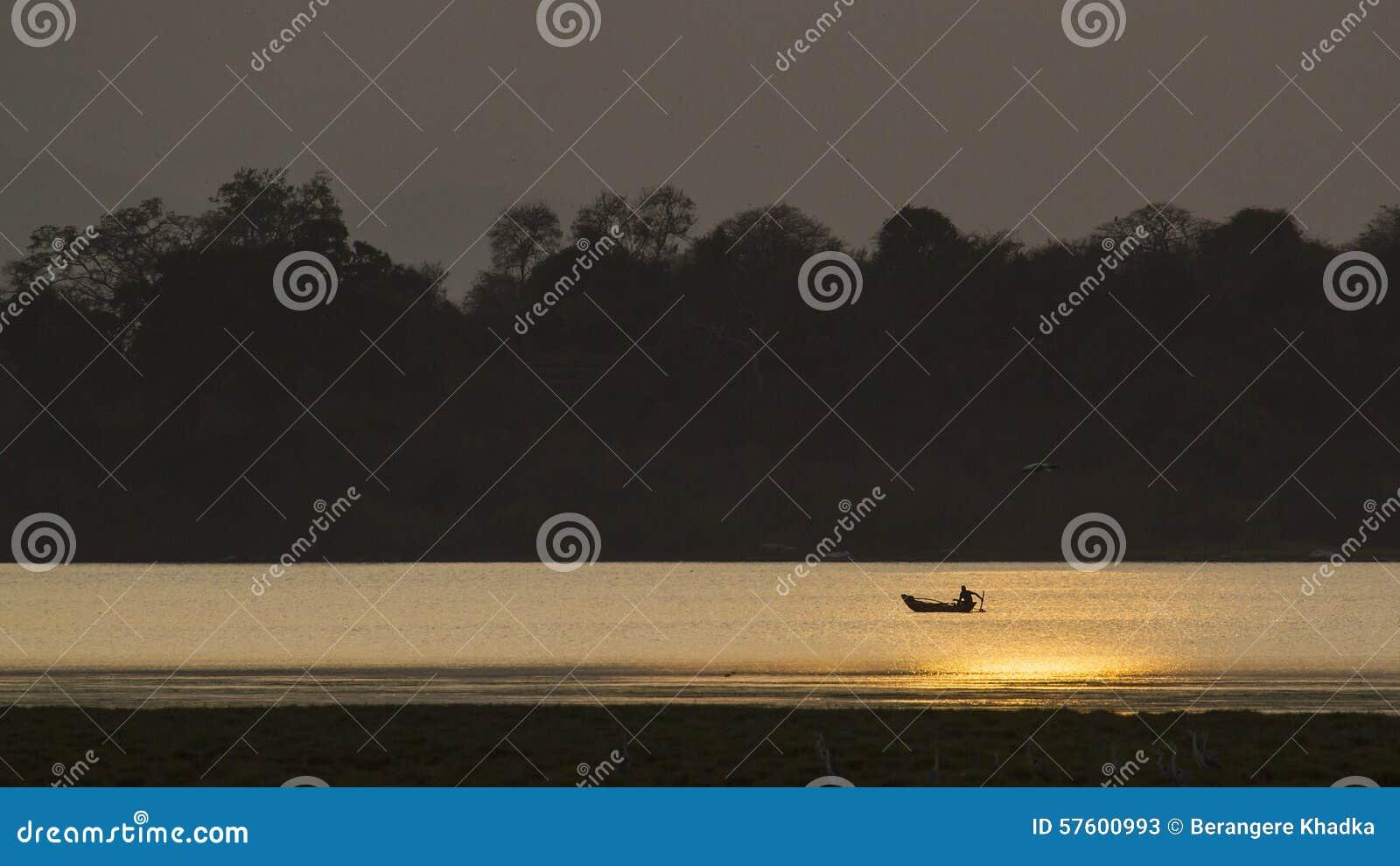 Pescador en la laguna de la bahía de Arugam, Sri Lanka