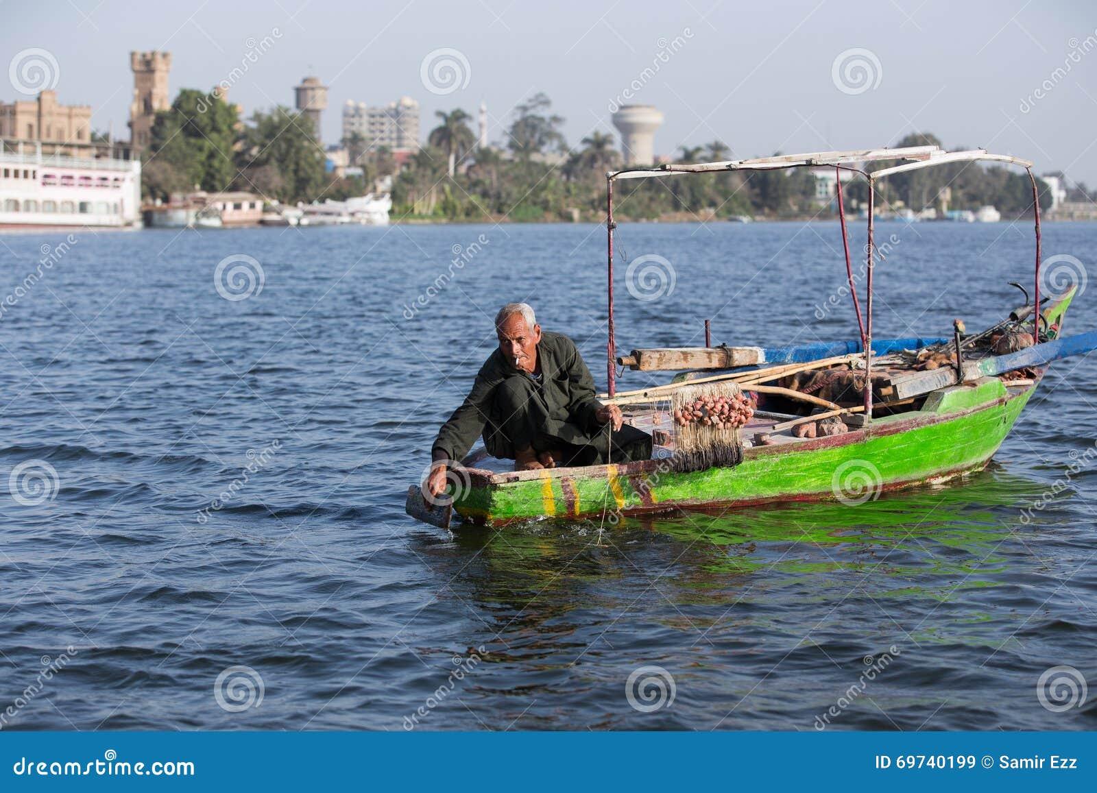 Pescador idoso em Nile River em Egito