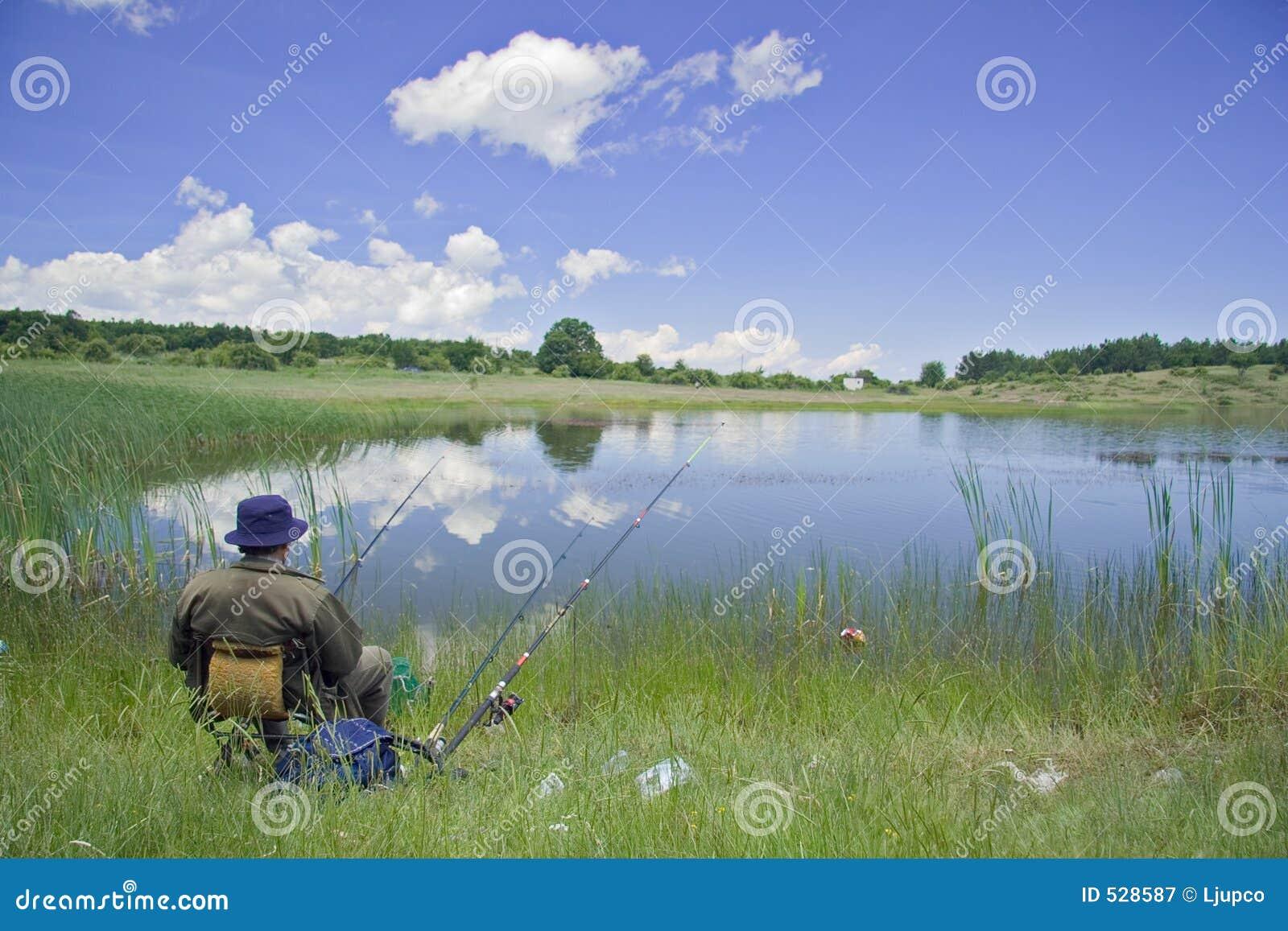 Pescador na costa do lago