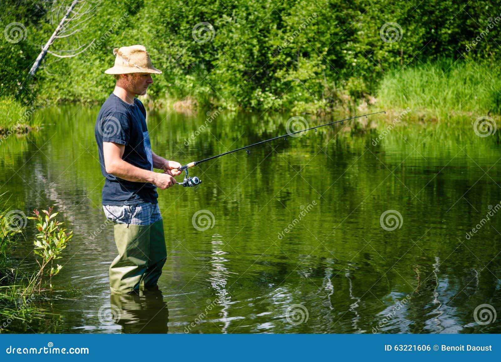 Pescador novo Fishing com paciência