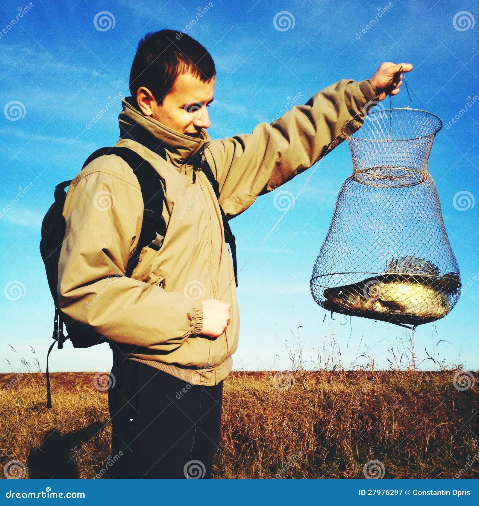 Pescador orgulloso con el retén