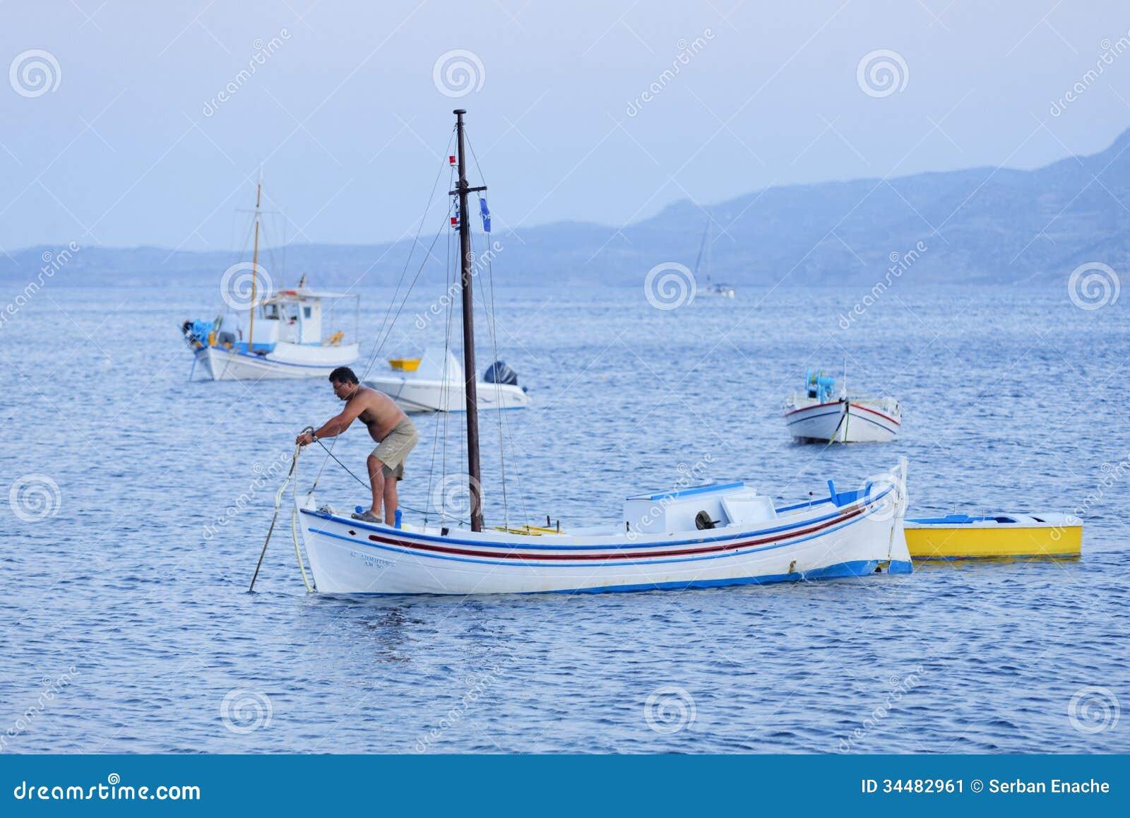Pescador que verifica a âncora