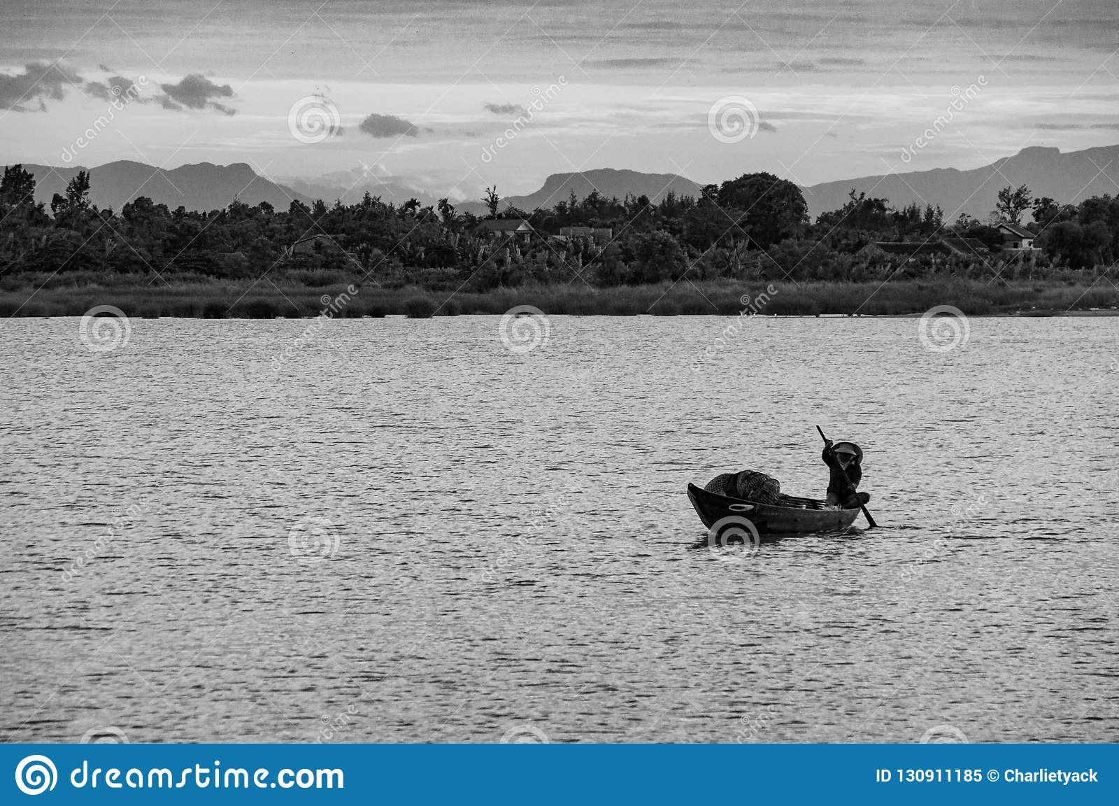 Pescador tradicional Silhouette en una barca en Vietnam, Indochina, Asia
