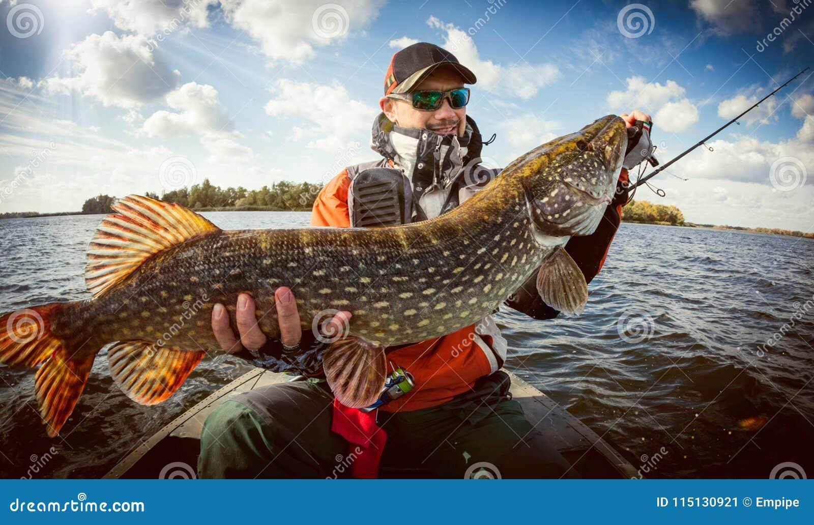 Pescador y trofeo grande Pike