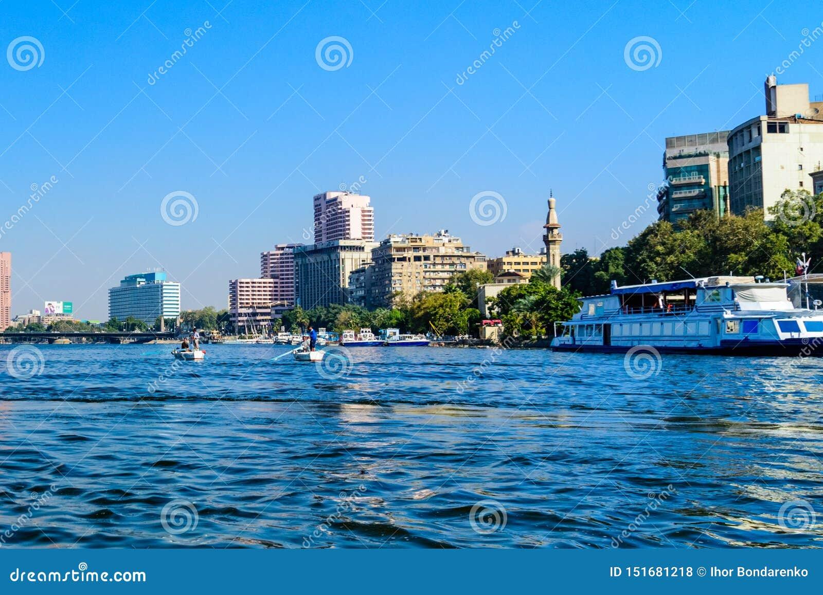 Pescadores egipcios pobres en barco en el r?o Nilo