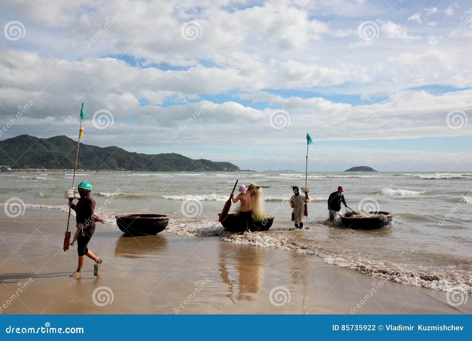 Pescadores en el mar del sur de China de la costa vietnamita cerca de la ciudad de Nha Trang