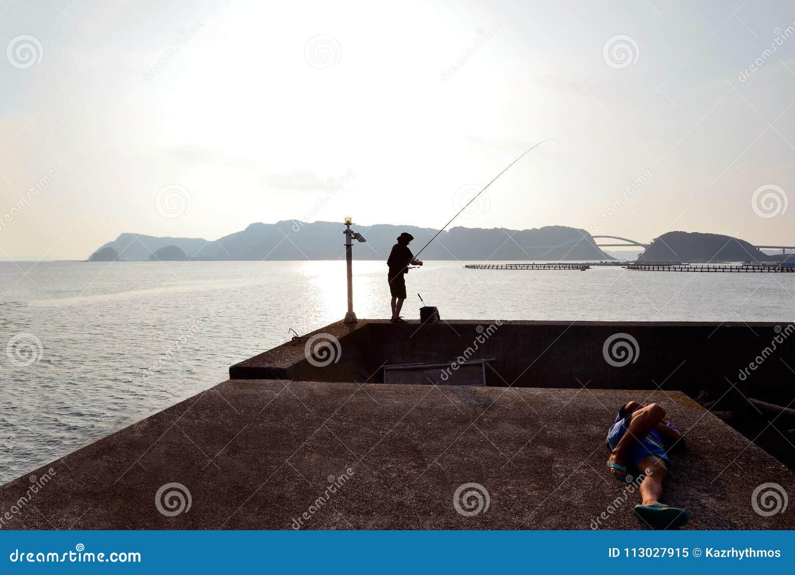 Pescadores en la isla principal del Japón más situado más al sur