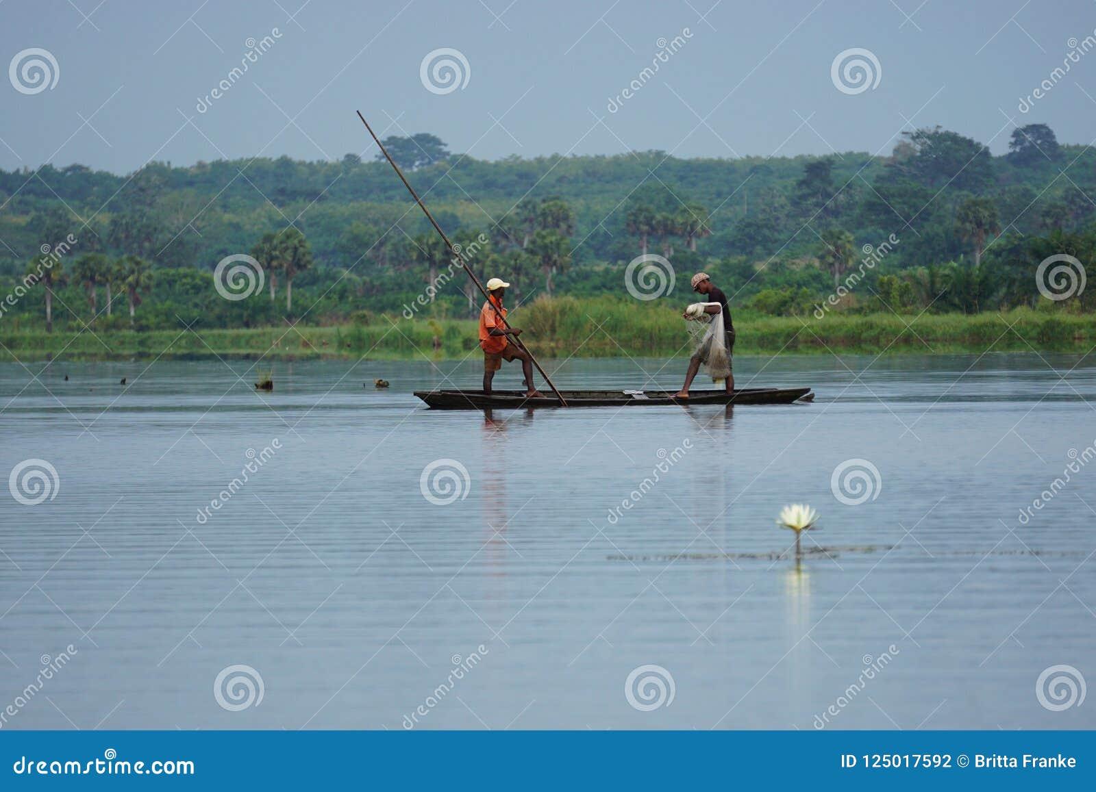 Pescadores en un conoe en el mono delta en Togo