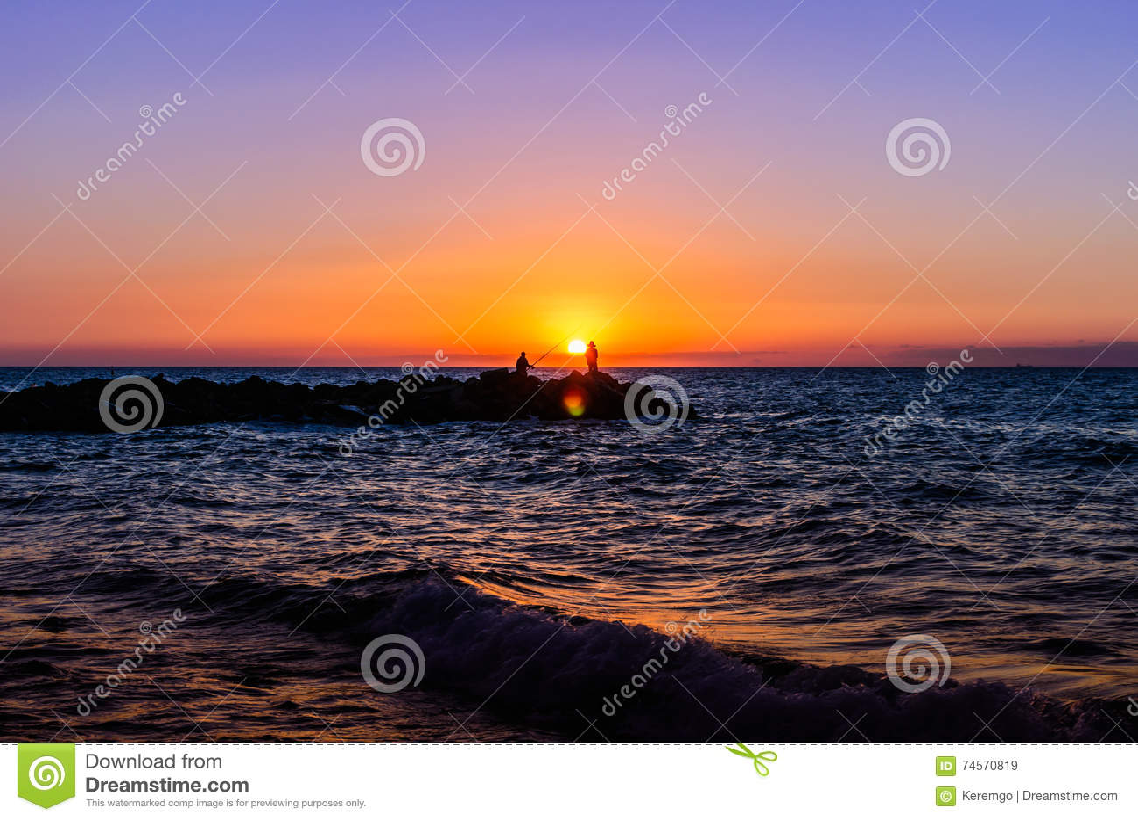 Pescadores no por do sol macio