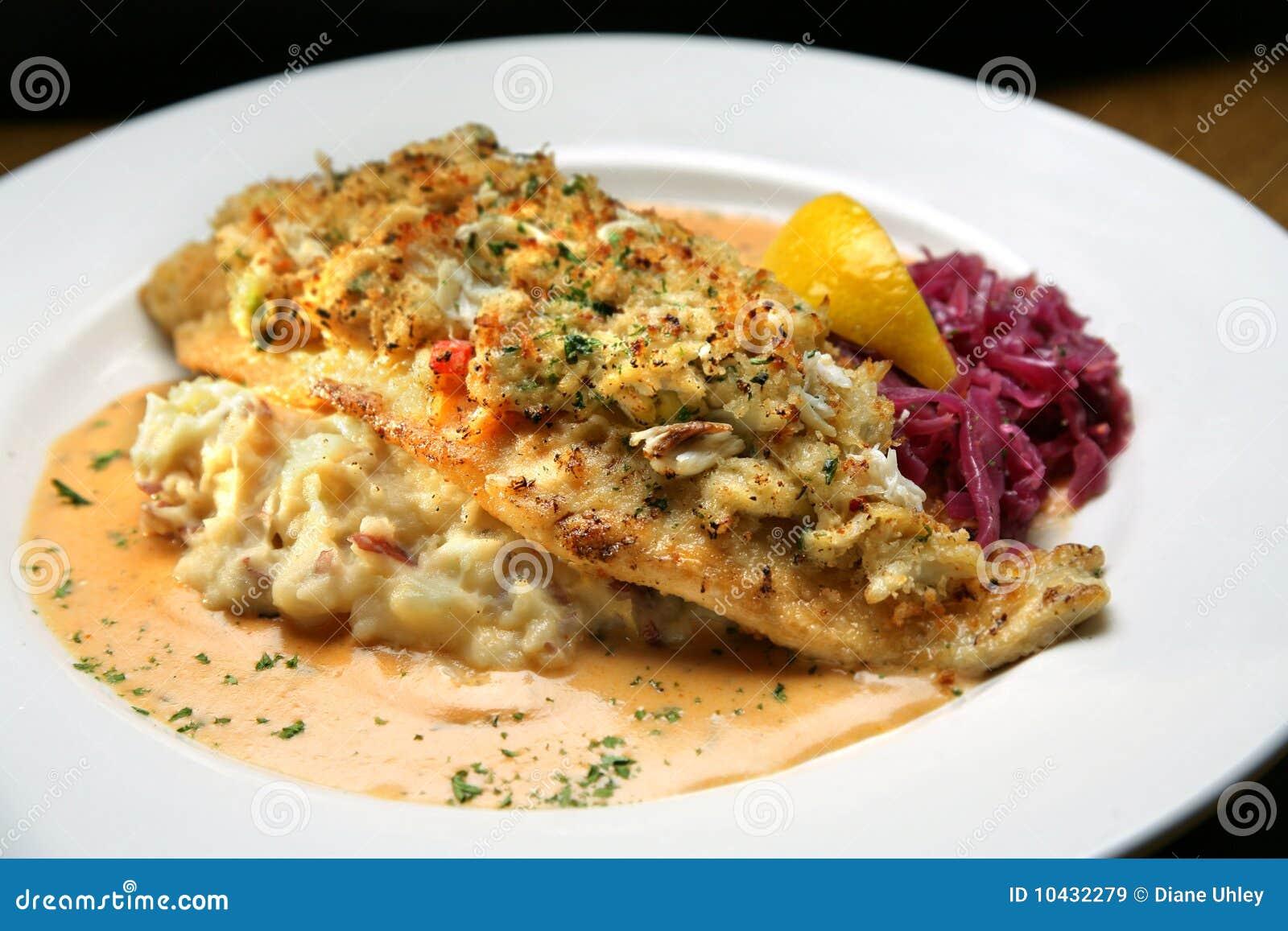Patata Porner pescados blancos cubiertos con la carne de cangrejo, patatas