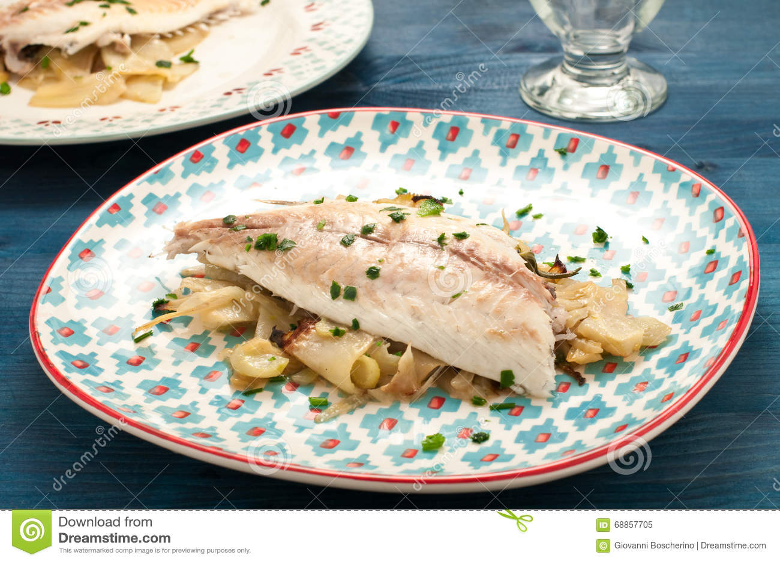 Pescados cocidos cocidos de la brema de mar con hinojo
