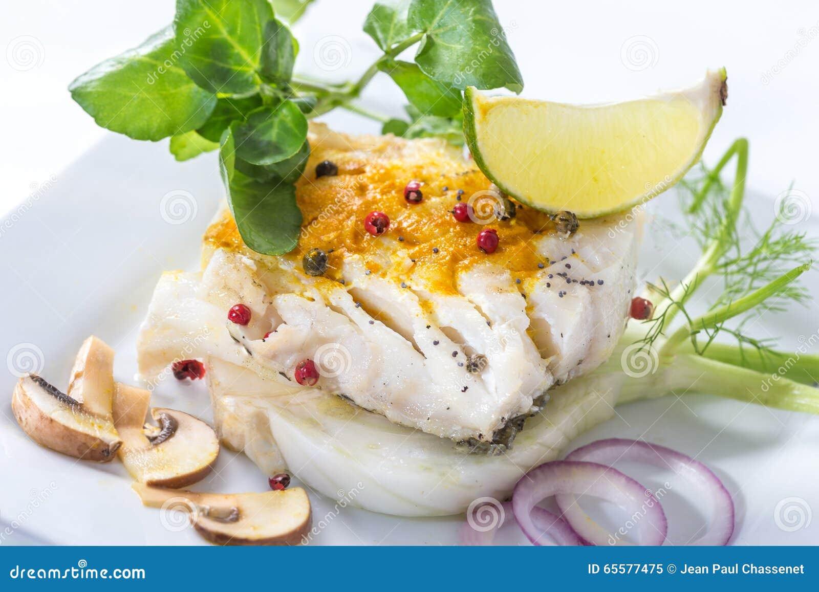 Pescados de bacalao atlántico cocidos al vapor con las especias y la verdura