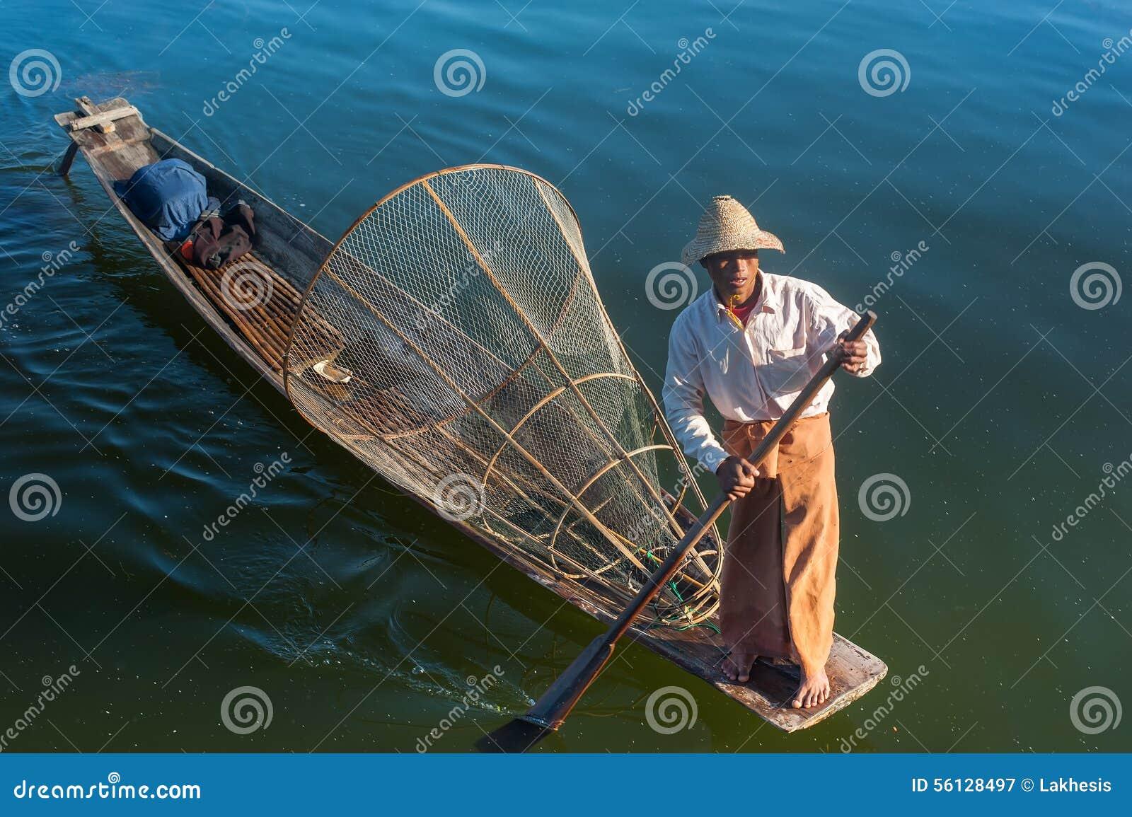 Pescados de cogida del pescador birmano de la manera tradicional Lago Inle, Myanmar