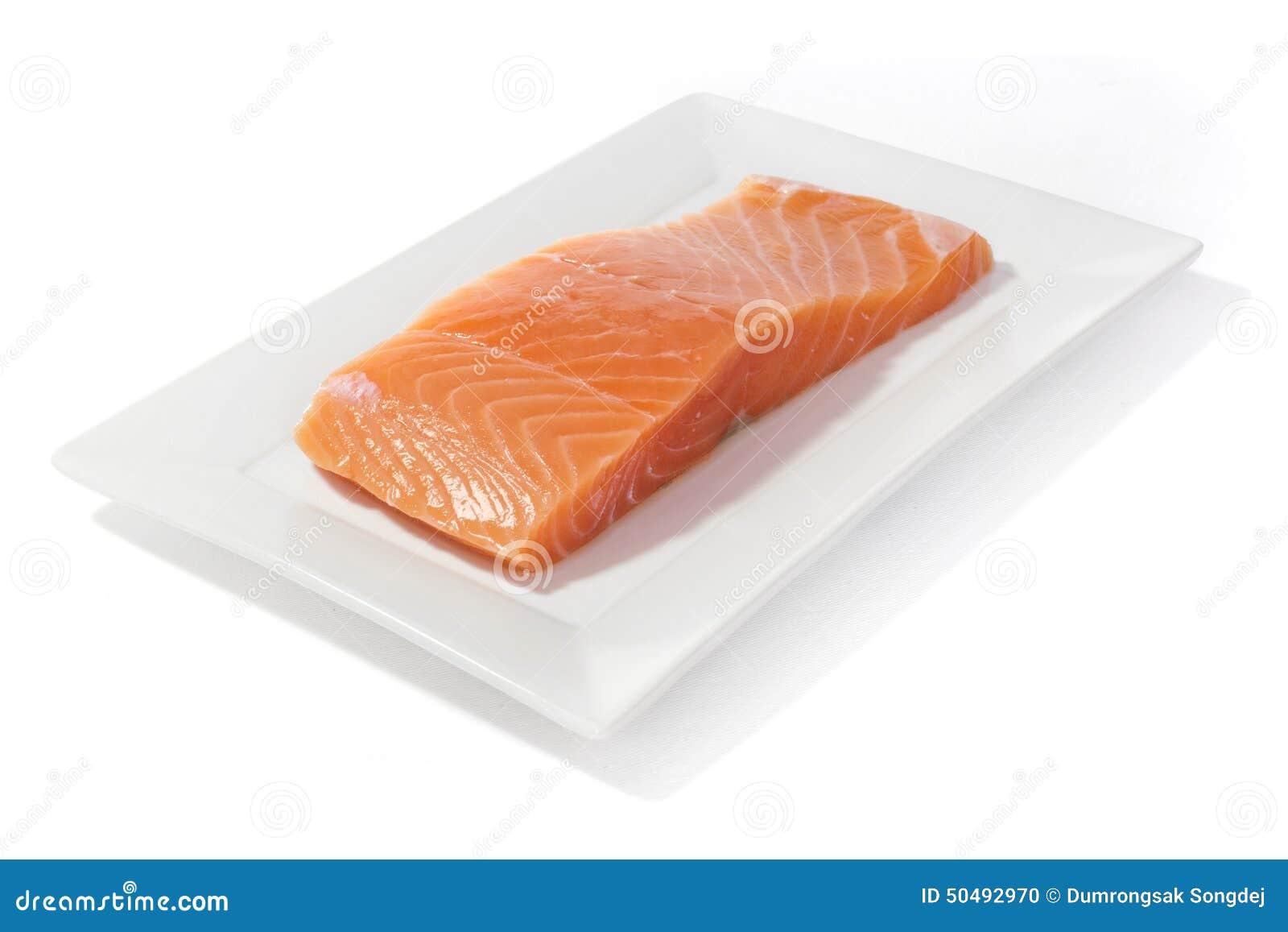 Pescados de color salmón en plato