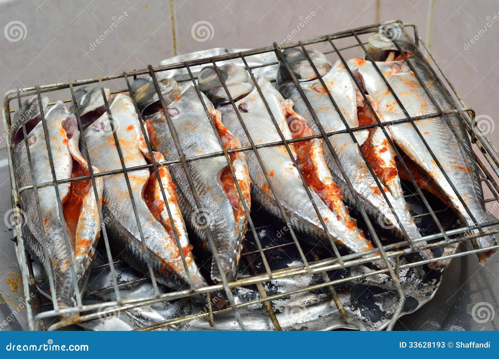 Pescados listos para asar a la parrilla imagen de archivo - Parrillas para asar ...