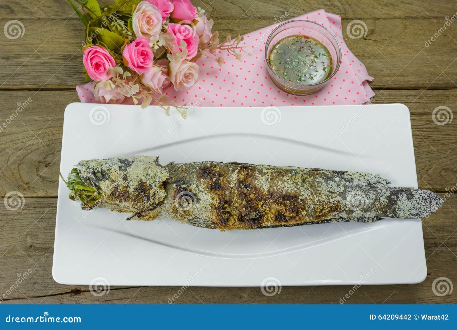 Pescados rayados del snakehead de la parrilla con la sal cubierta