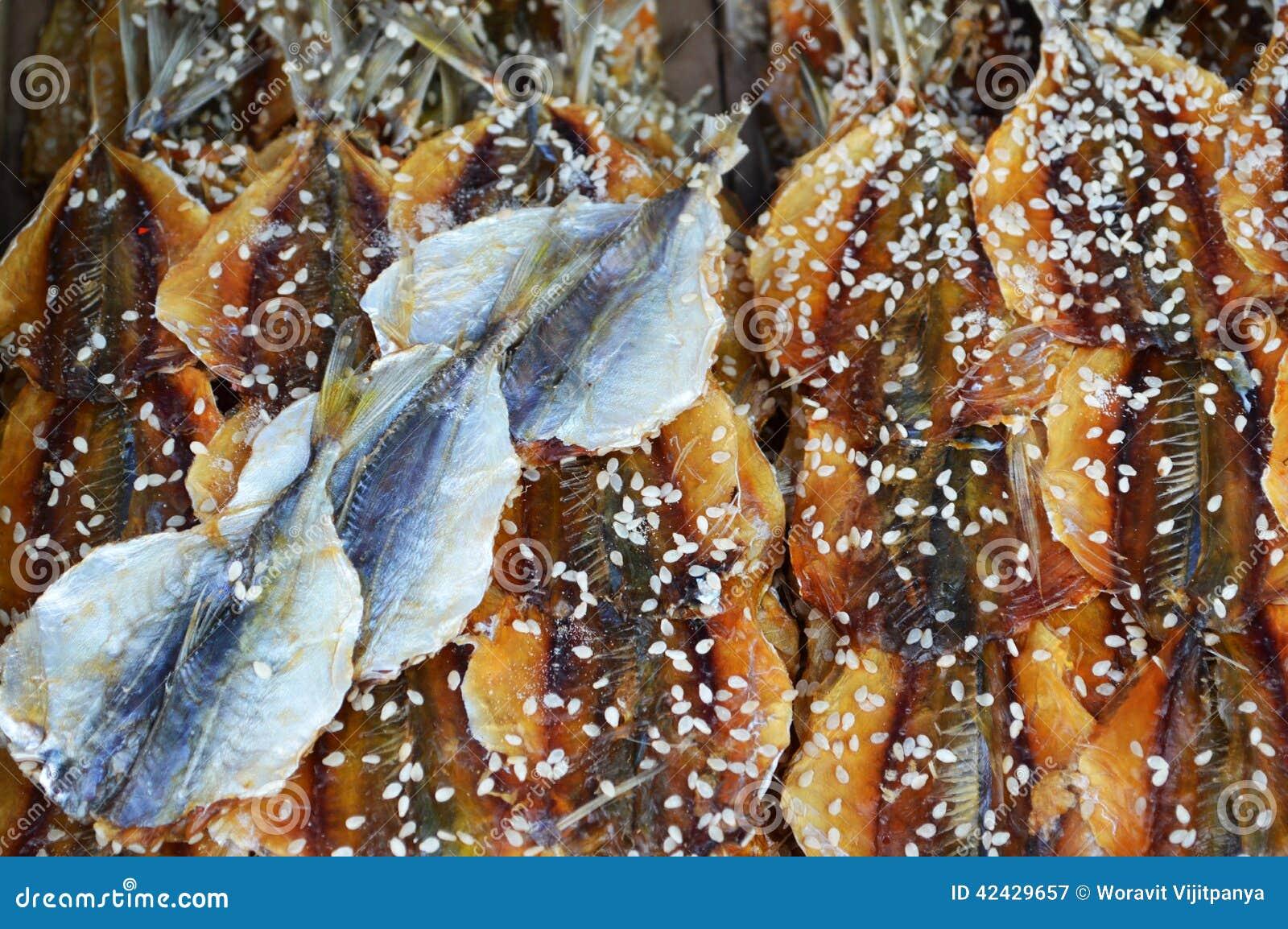 Pescados salados con sésamo