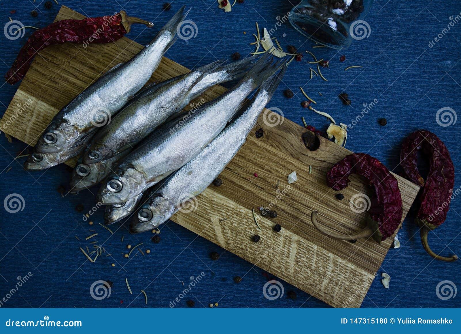 Pescados salados en un soporte de madera