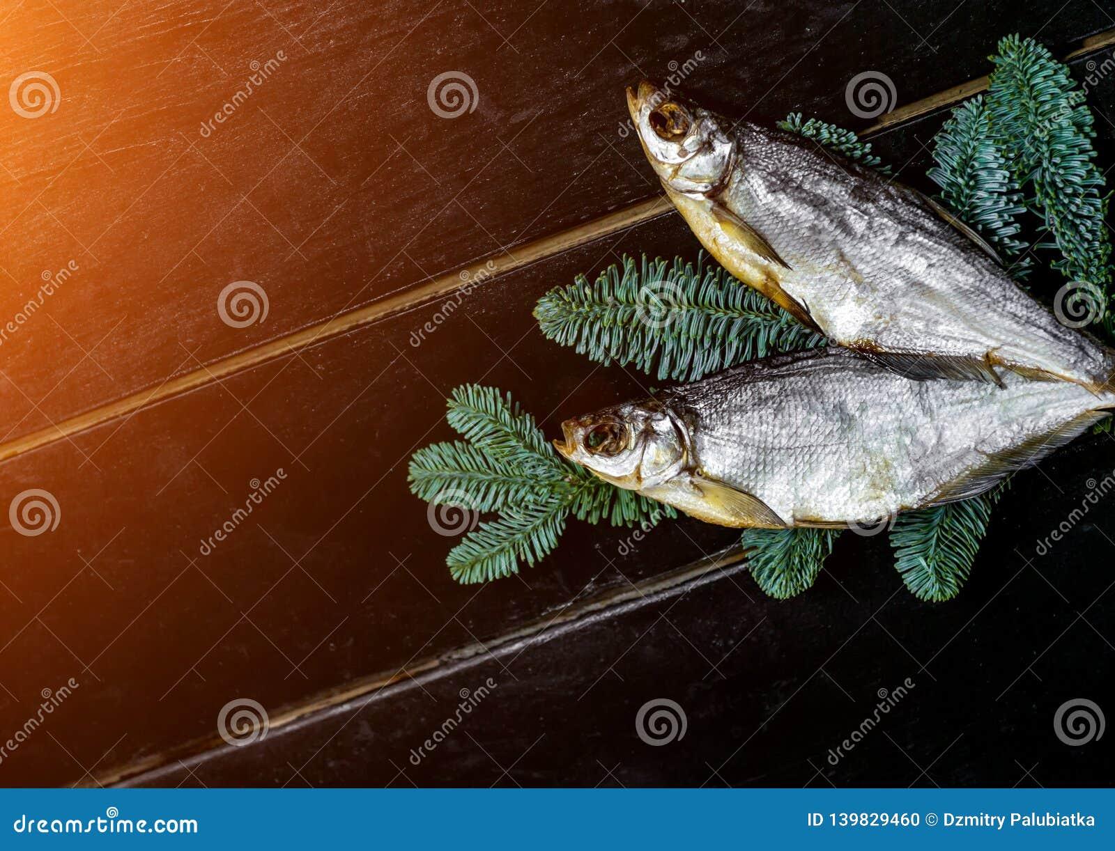 Pescados secados que mienten en la tabla