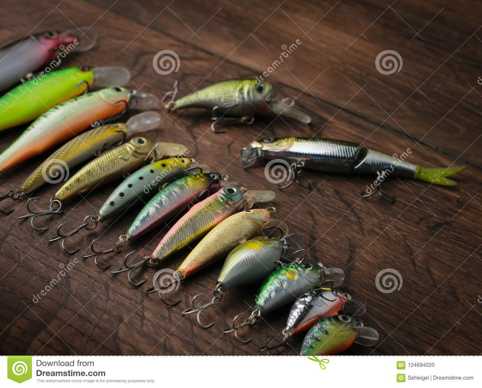 Pescando atrações de tamanhos diferentes em um fundo de madeira