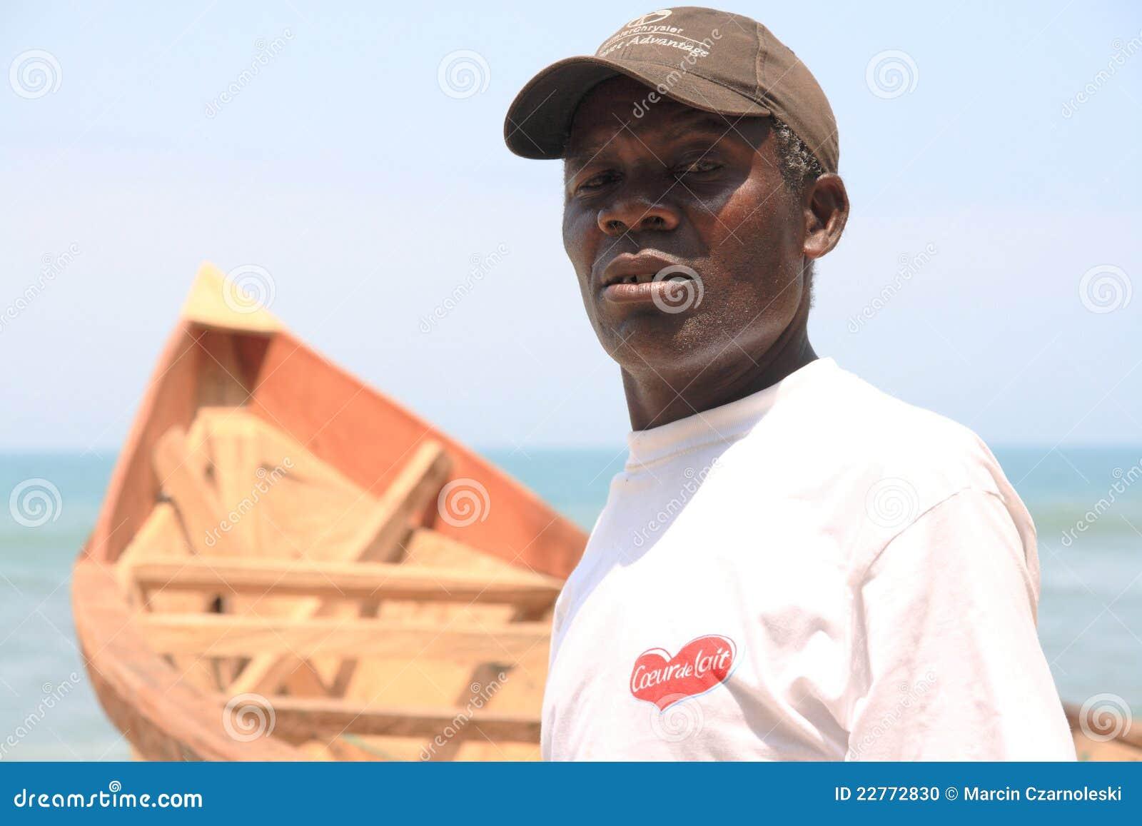 Pescatore africano fiero con la sua barca, Ghana
