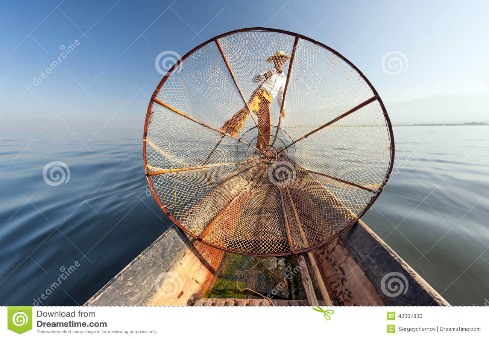 Pescatore del lago burma Myanmar Inle sul pesce di cattura della barca