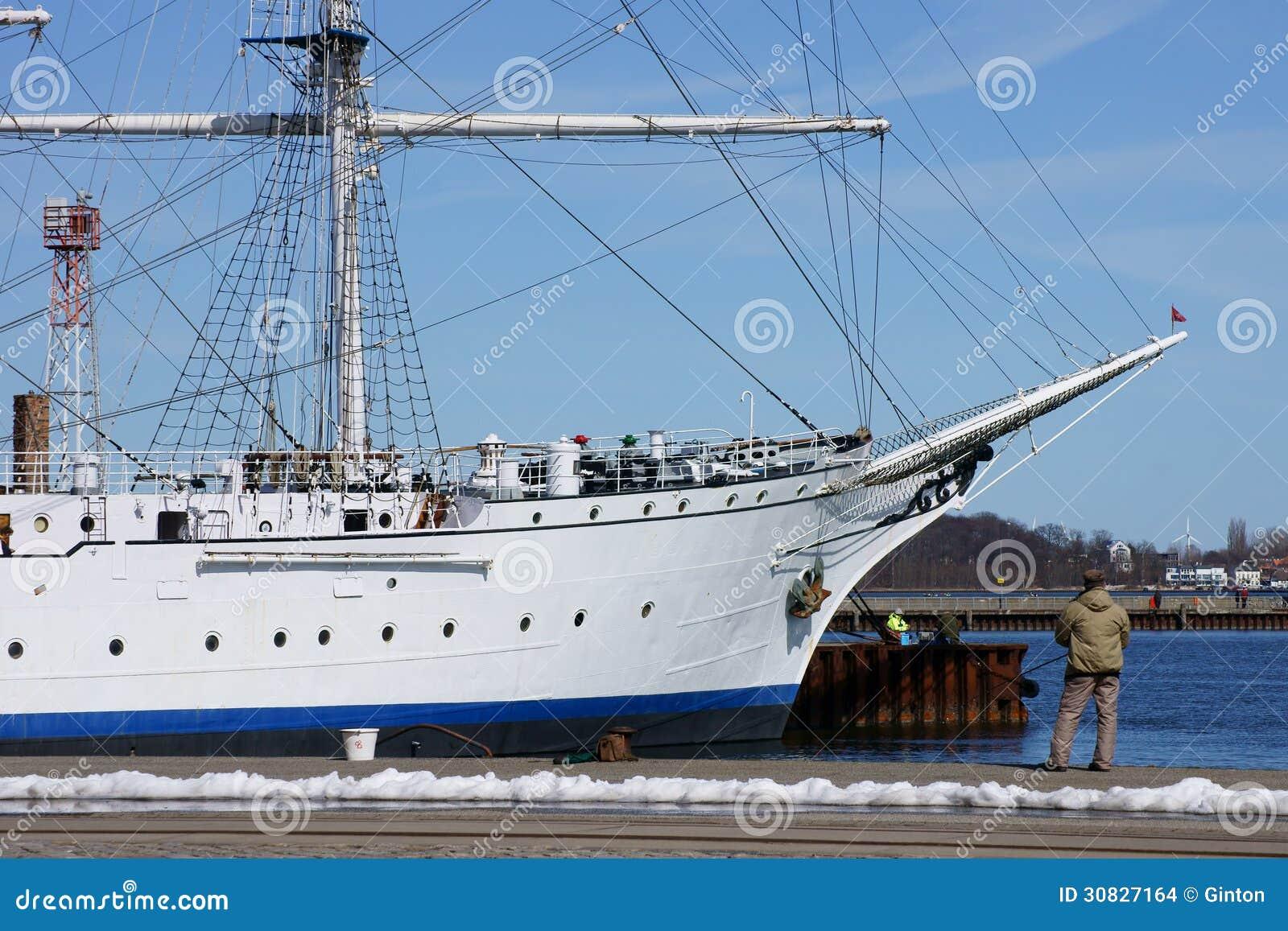 Pescatore e nave di navigazione