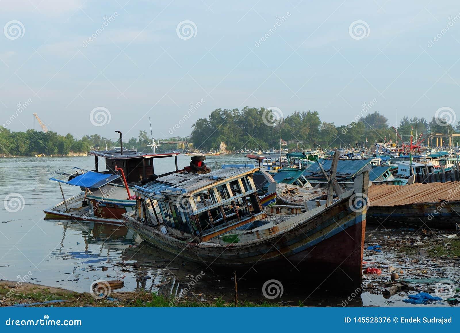 Pescatore rotto Boat al porto Sungailiat dell industria della pesca