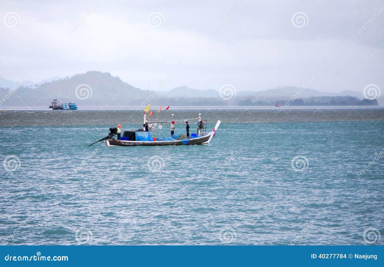 Pescatore su tempo nuvoloso