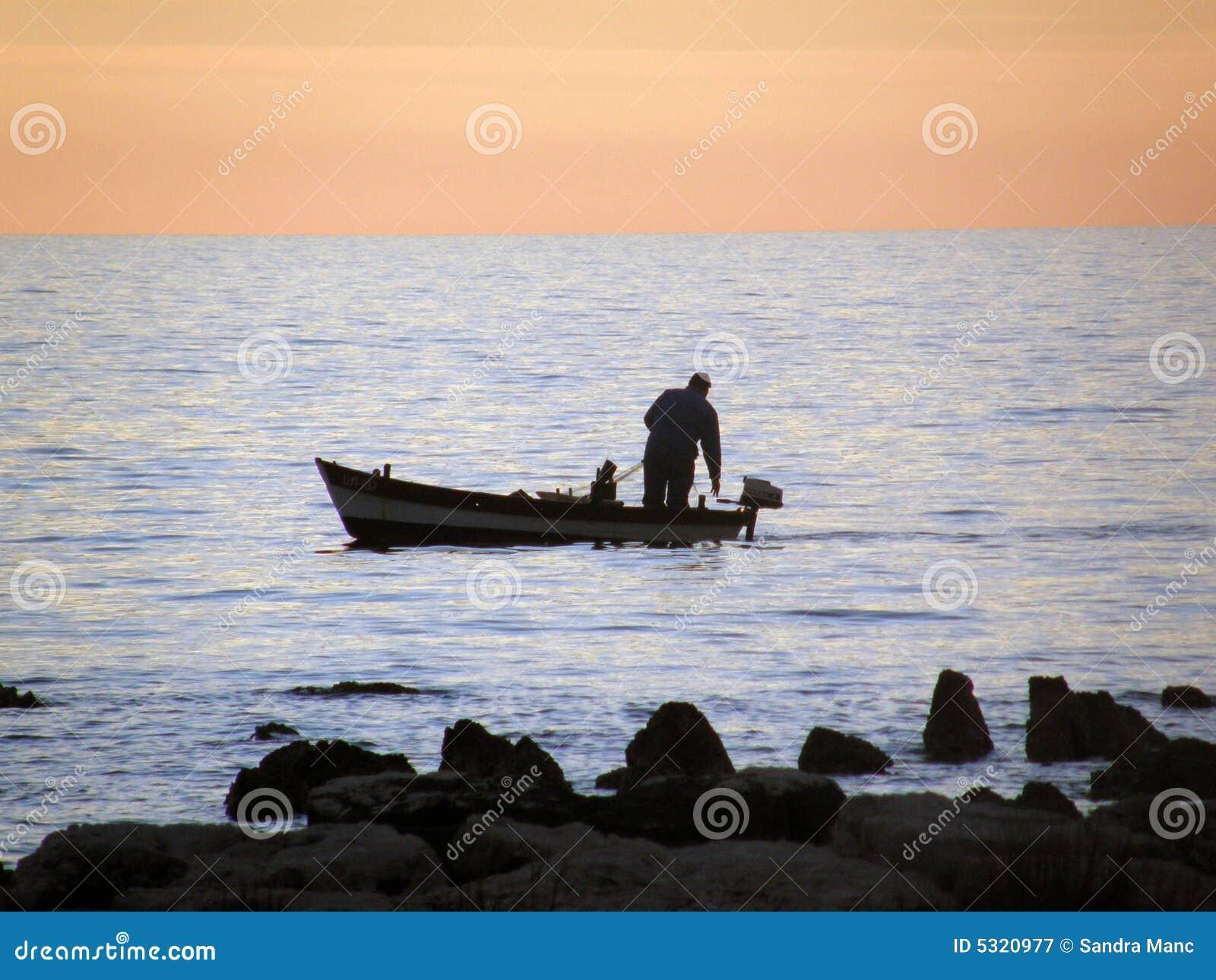 Download Pescatore sul tramonto immagine stock. Immagine di sport - 5320977