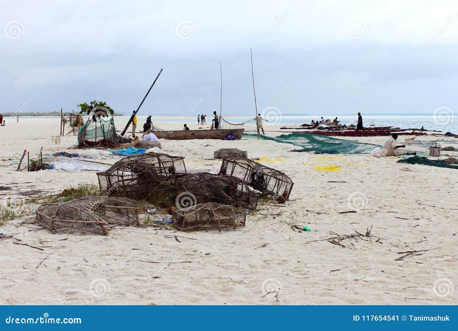 Pescatori che catturano con la rete dopo il giorno nell oceano