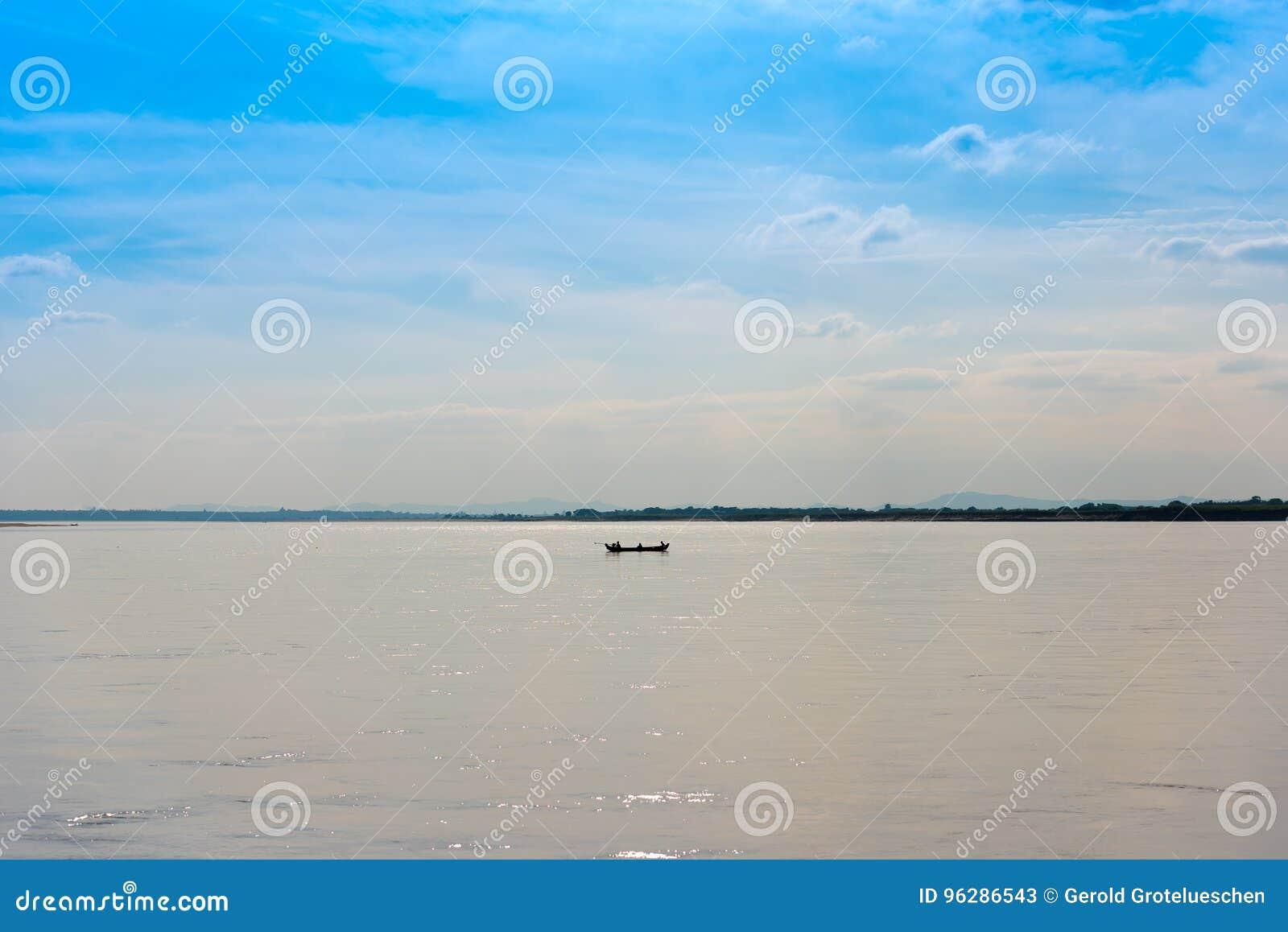 Pescatori in una barca sul fiume Irrawaddy a Mandalay, Myanmar, Birmania Copi lo spazio per testo