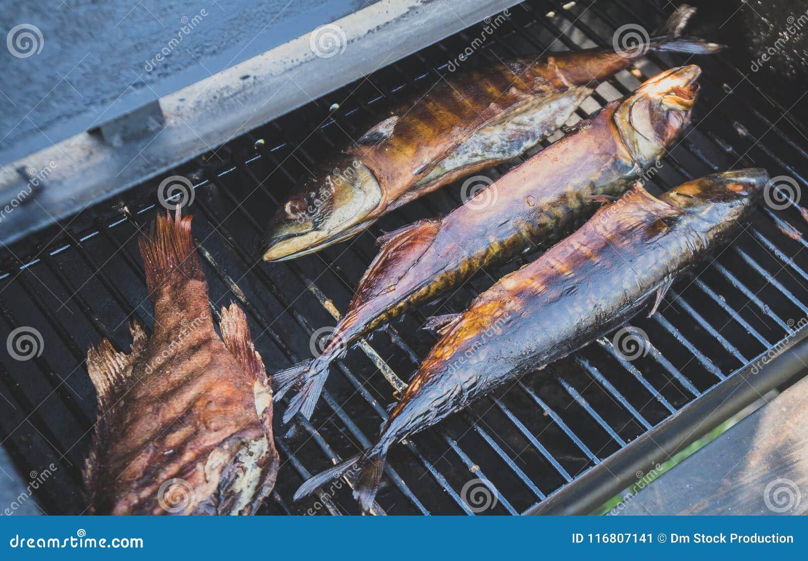 Pesce affumicato nell affumicatoio