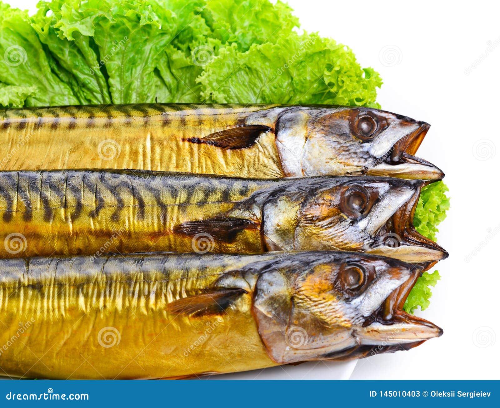 Pesce affumicato sulla fine del piatto sullo sgombro
