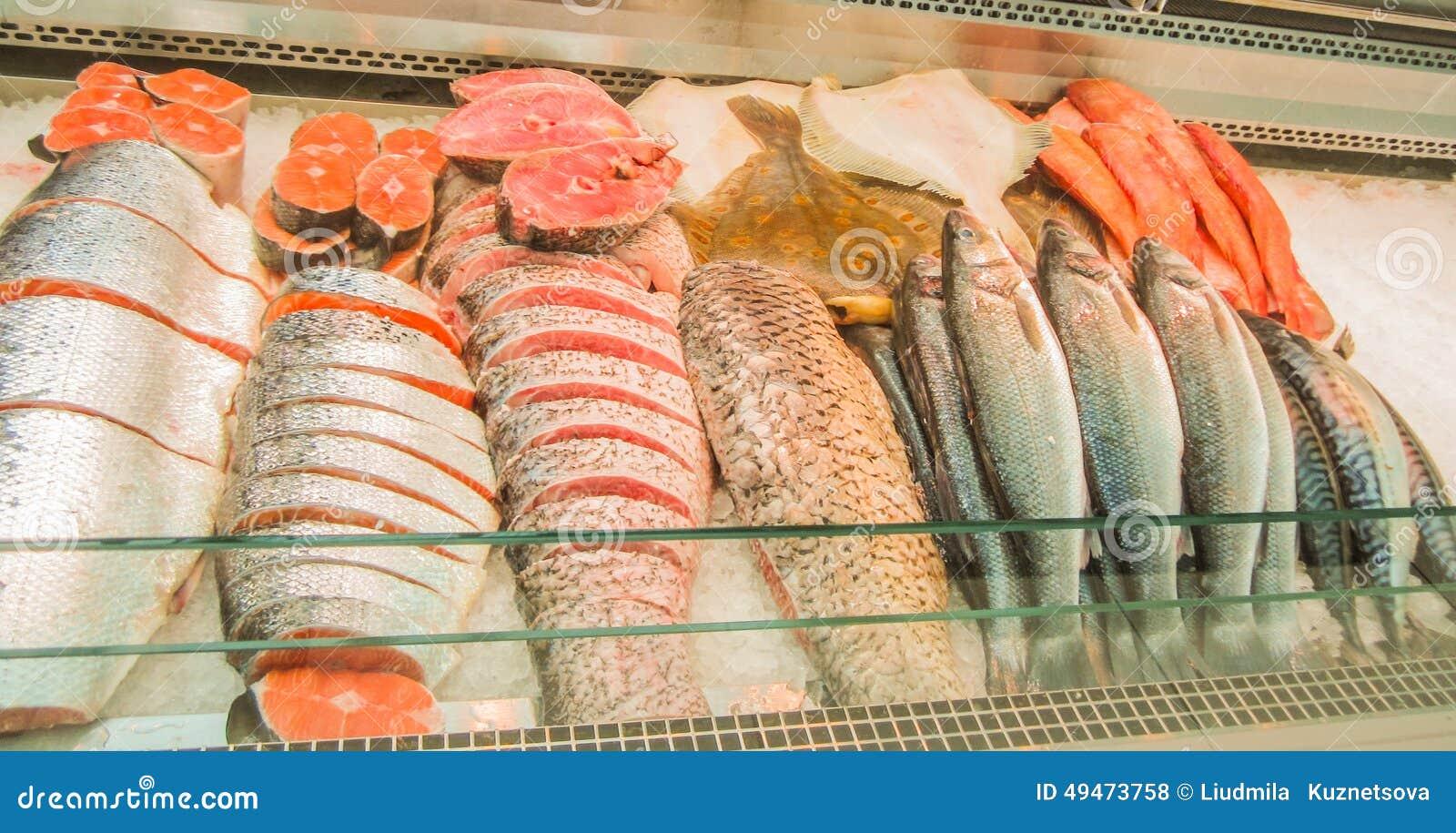 Pesce crudo pronto per la vendita nel mercato