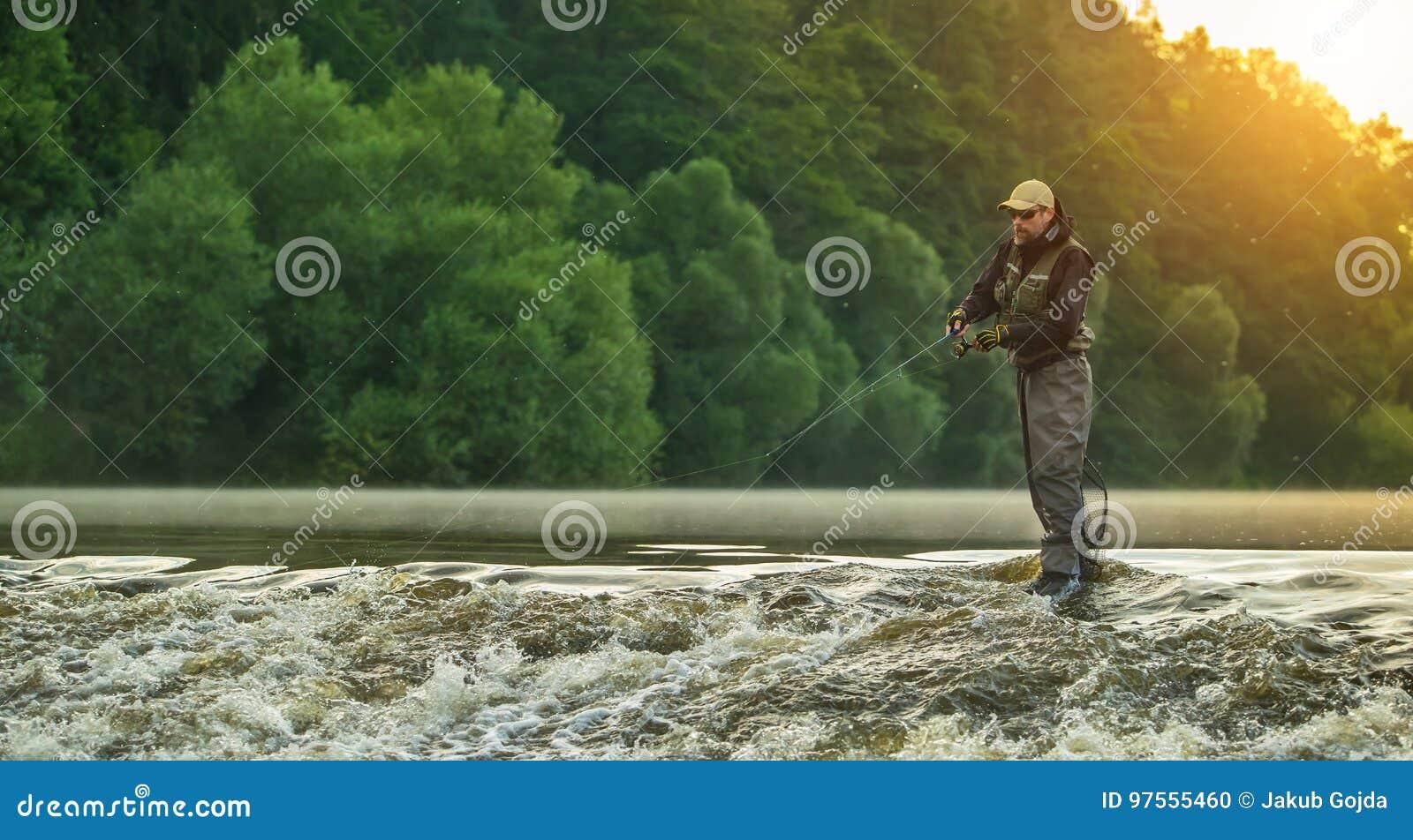 Pesce di caccia del pescatore di sport Pesca all aperto nel fiume