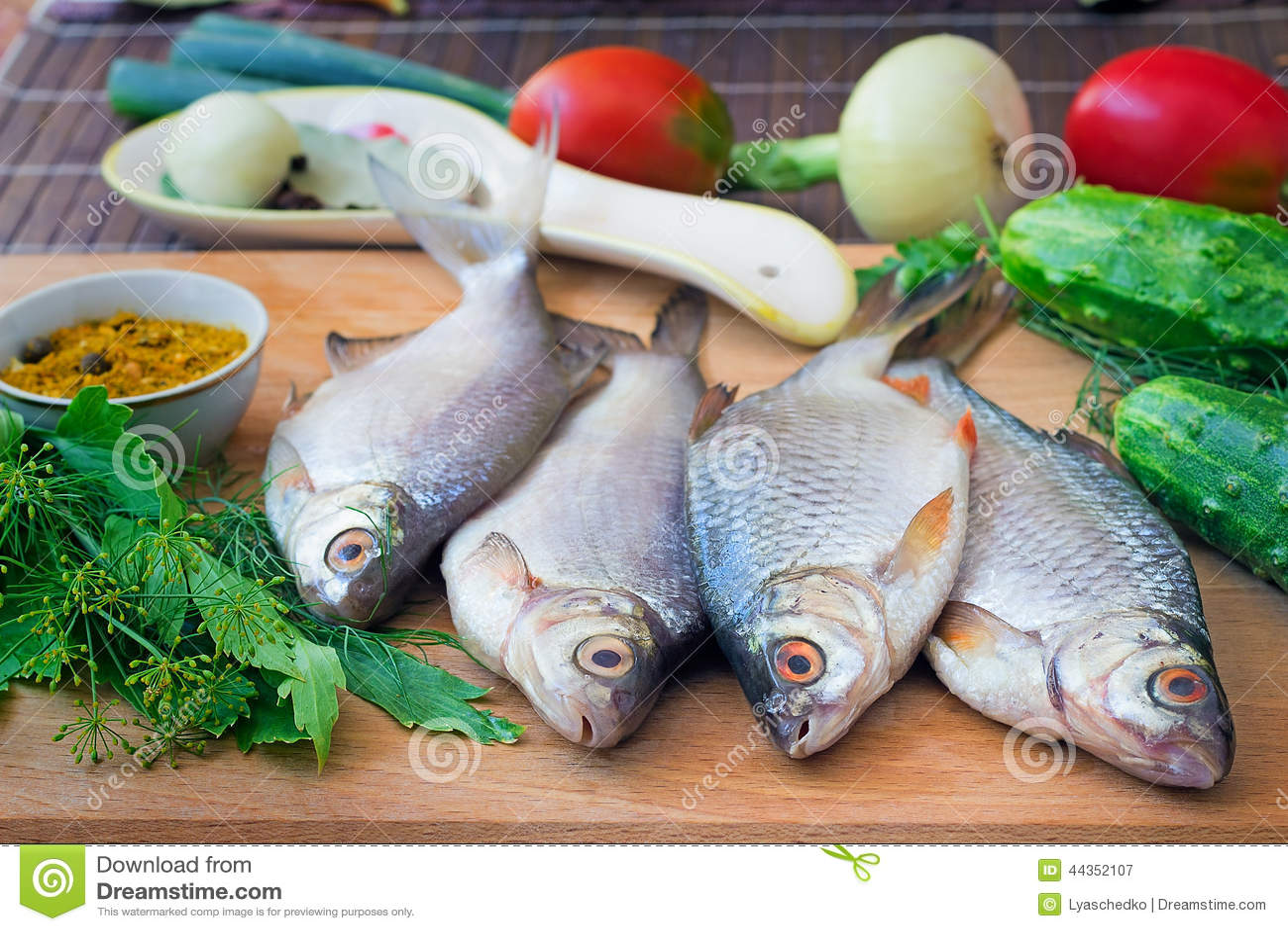 Pesce e componenti per la sua preparazione: verdure, spezie, parità