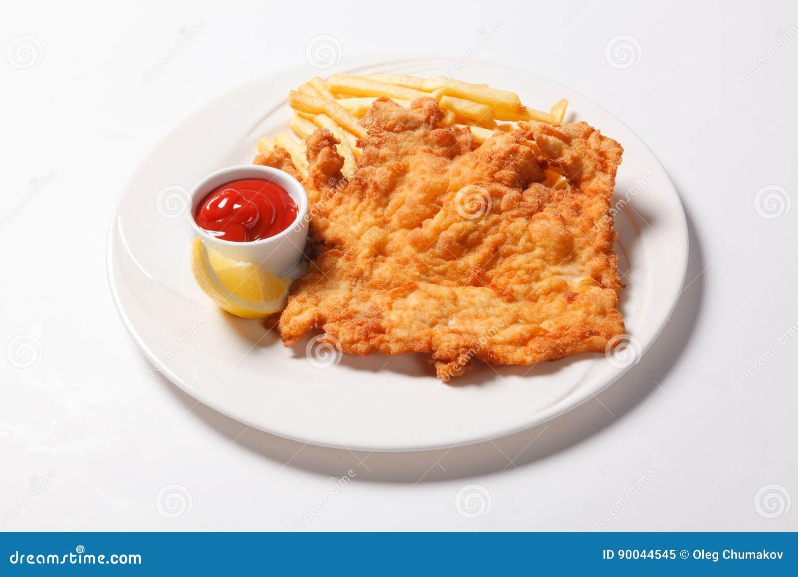Pesce e patate fritte fritto sul piatto bianco