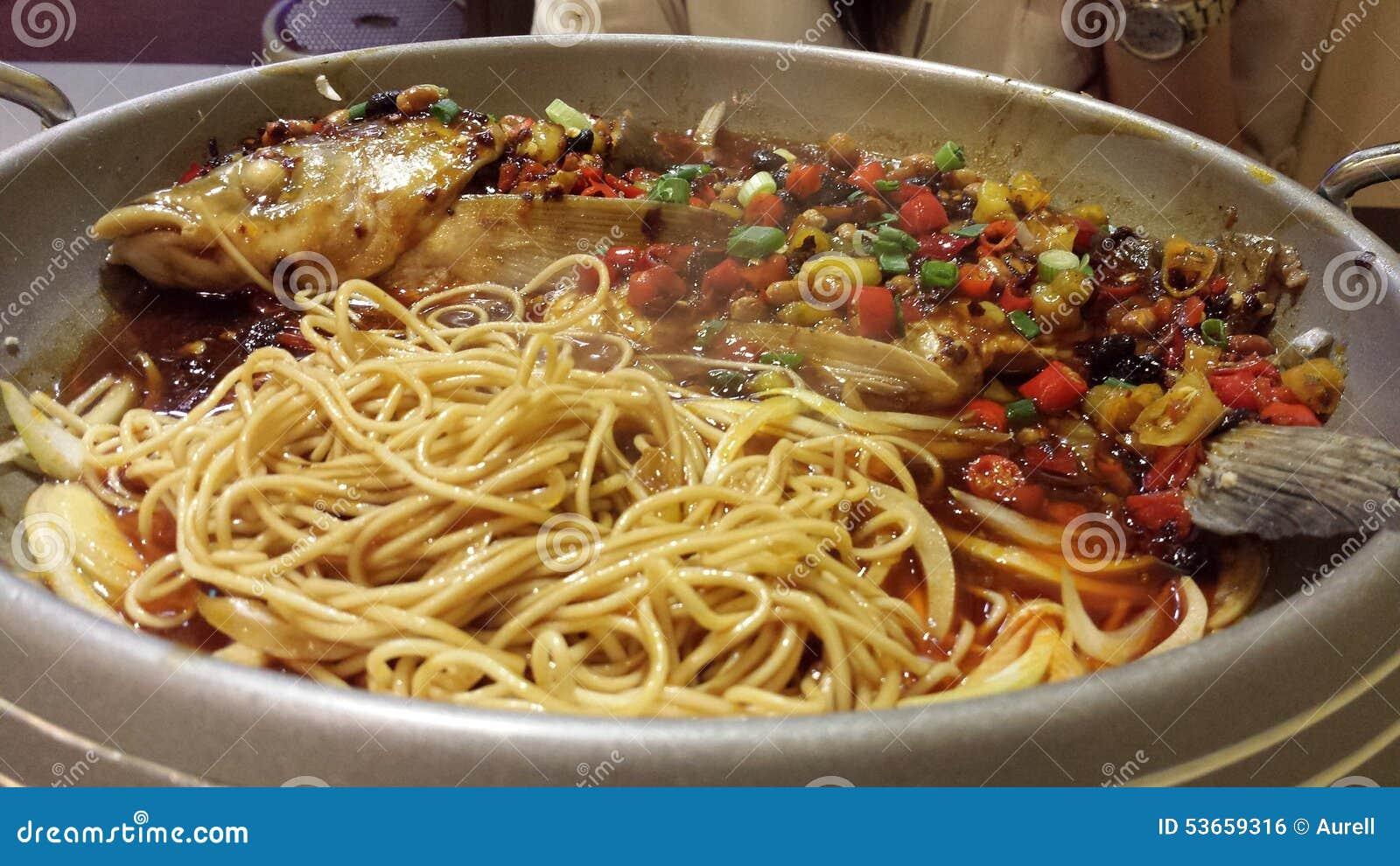 Pesce e tagliatelle con salsa piccante