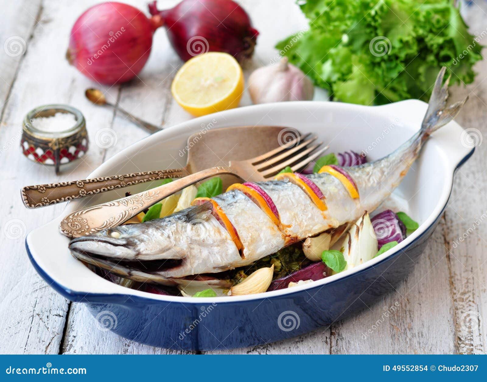 Pesce Fresco Dello Sgombro Al Forno Con Un Limone Un Arco Un Sale