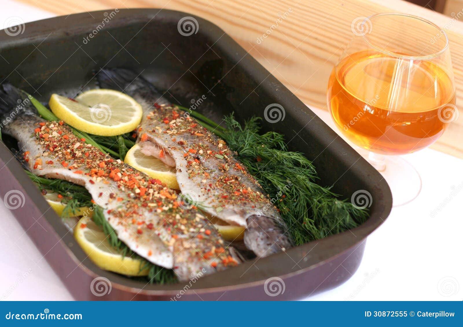 Pesce pronto da cucinare fotografia stock libera da - Come cucinare le trote ...