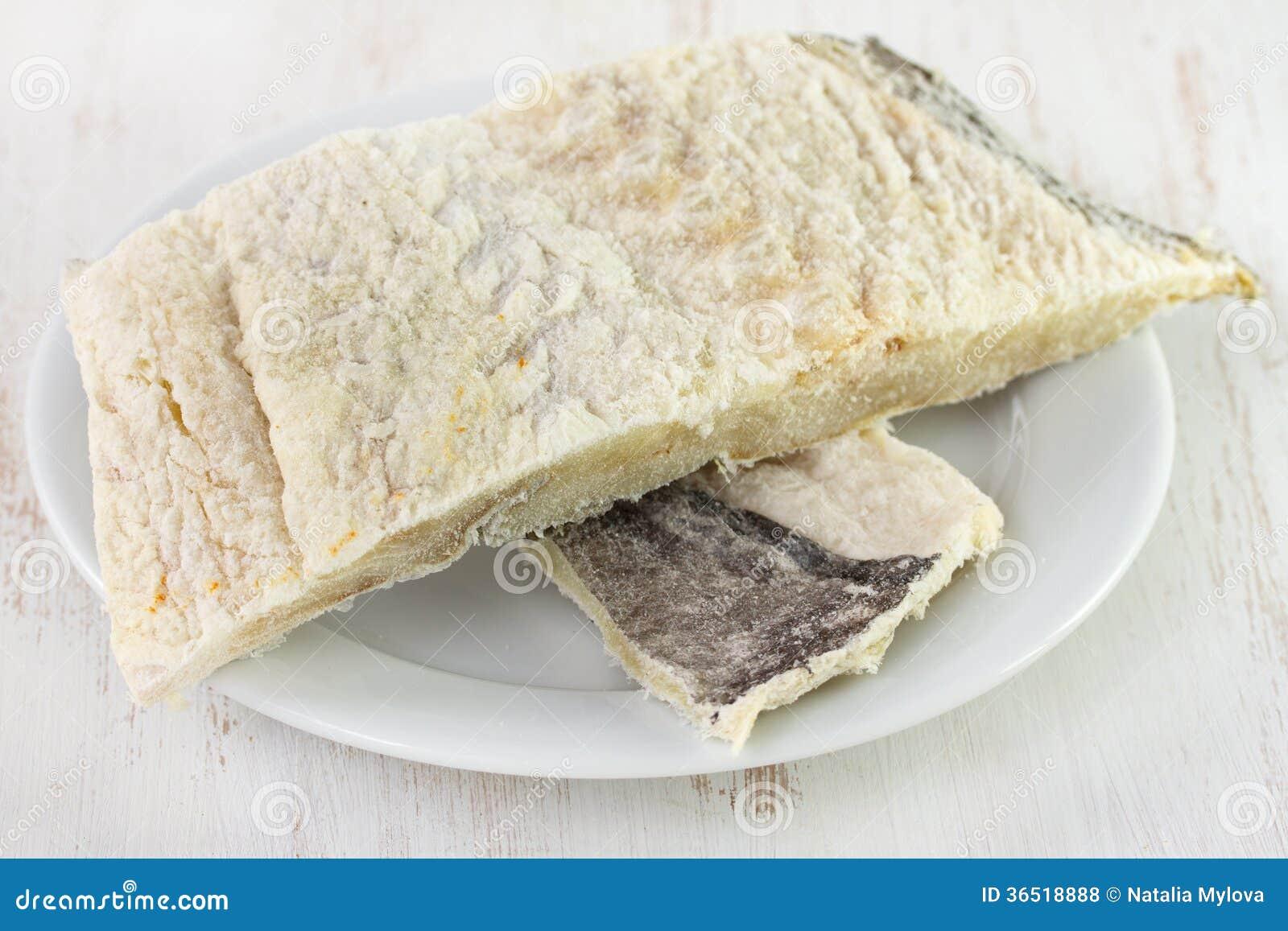 Pesce salato sul piatto bianco