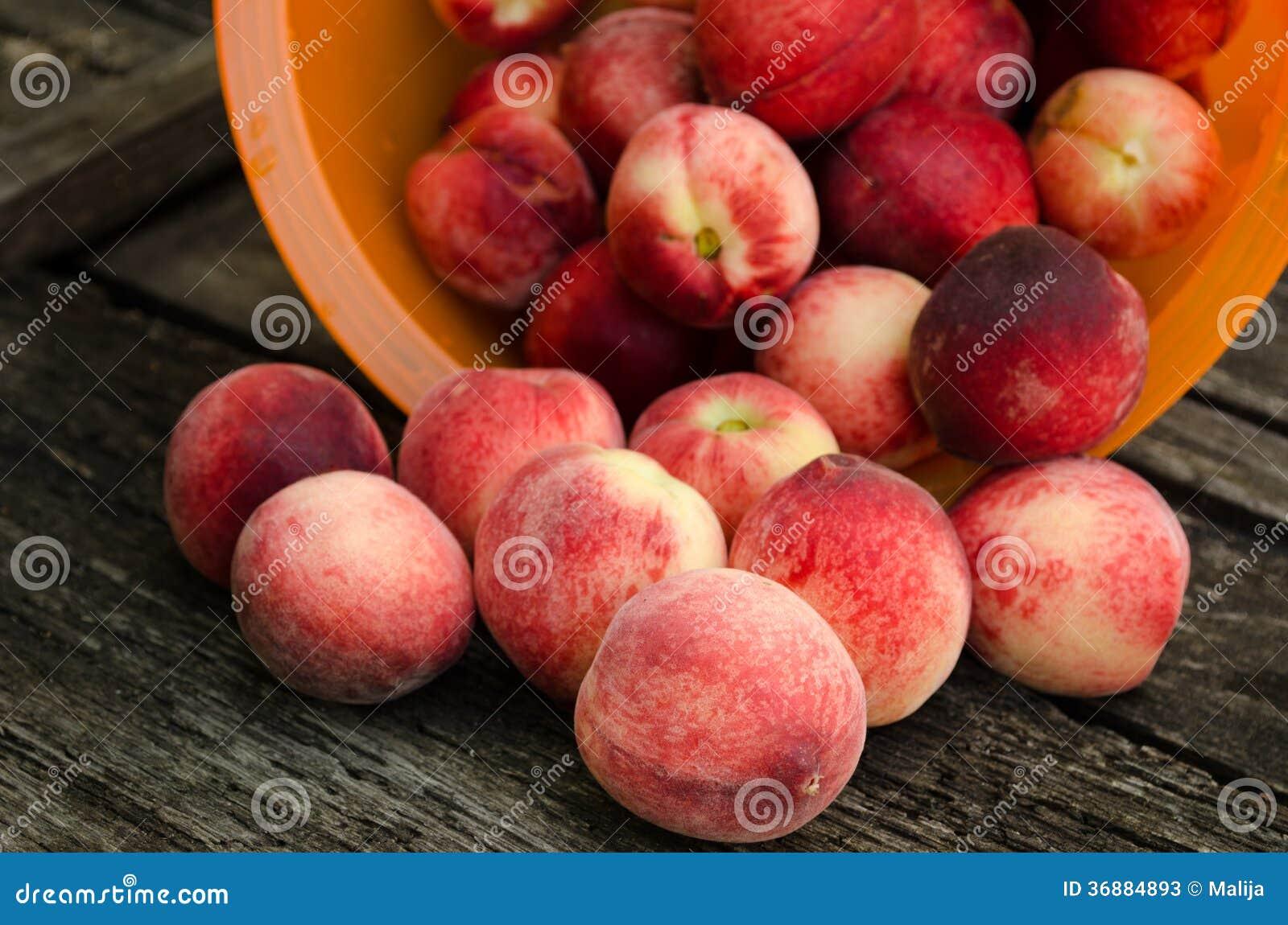Download Pesche Fresche Sulla Tavola Di Legno Immagine Stock - Immagine di fibra, fruity: 36884893