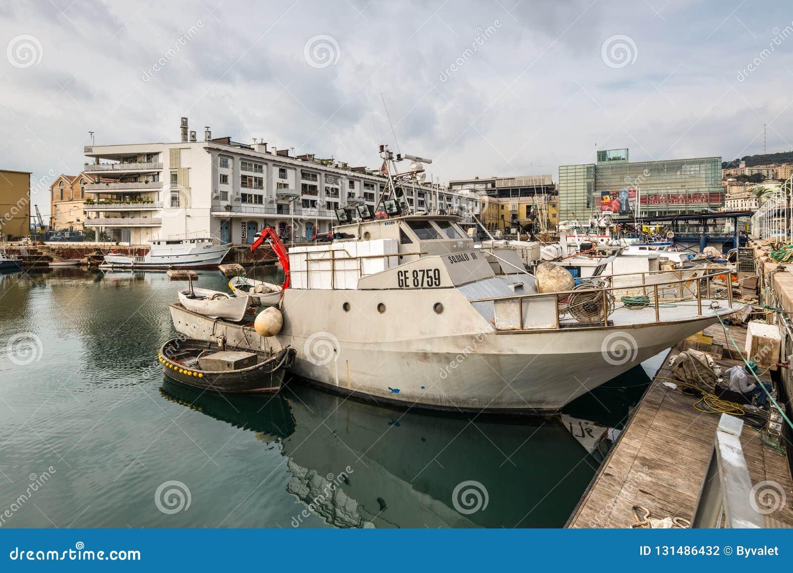 Pescherecci attraccati nel porto di Genova, Liguria, costa Mediterranea, Italia in nuvoloso