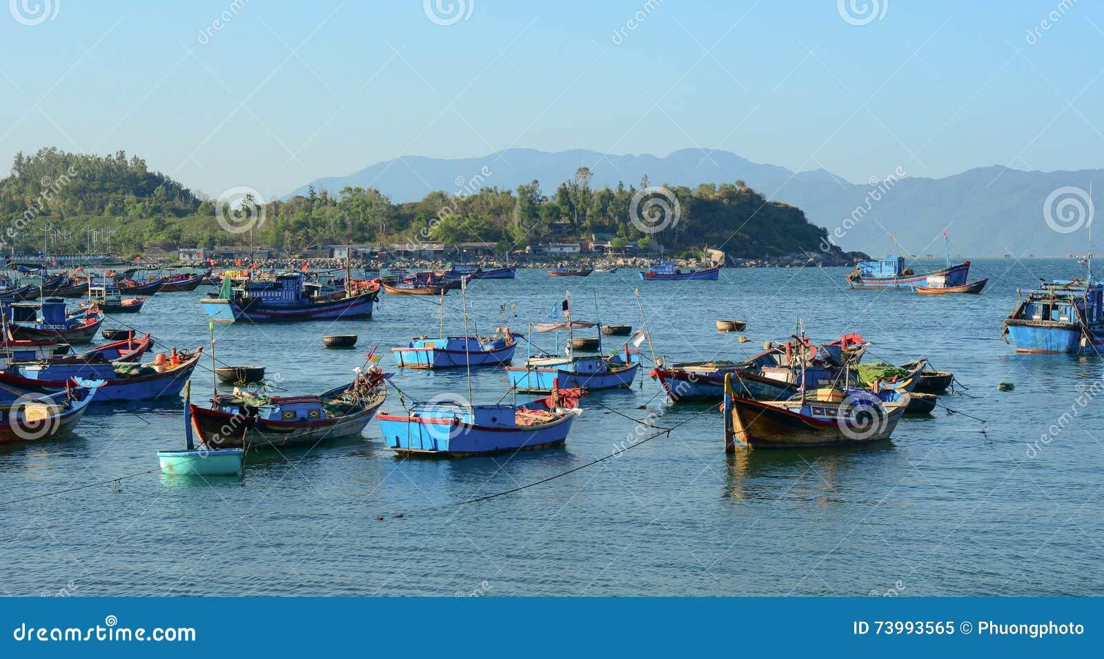 La pesca nella Crimea sul lago