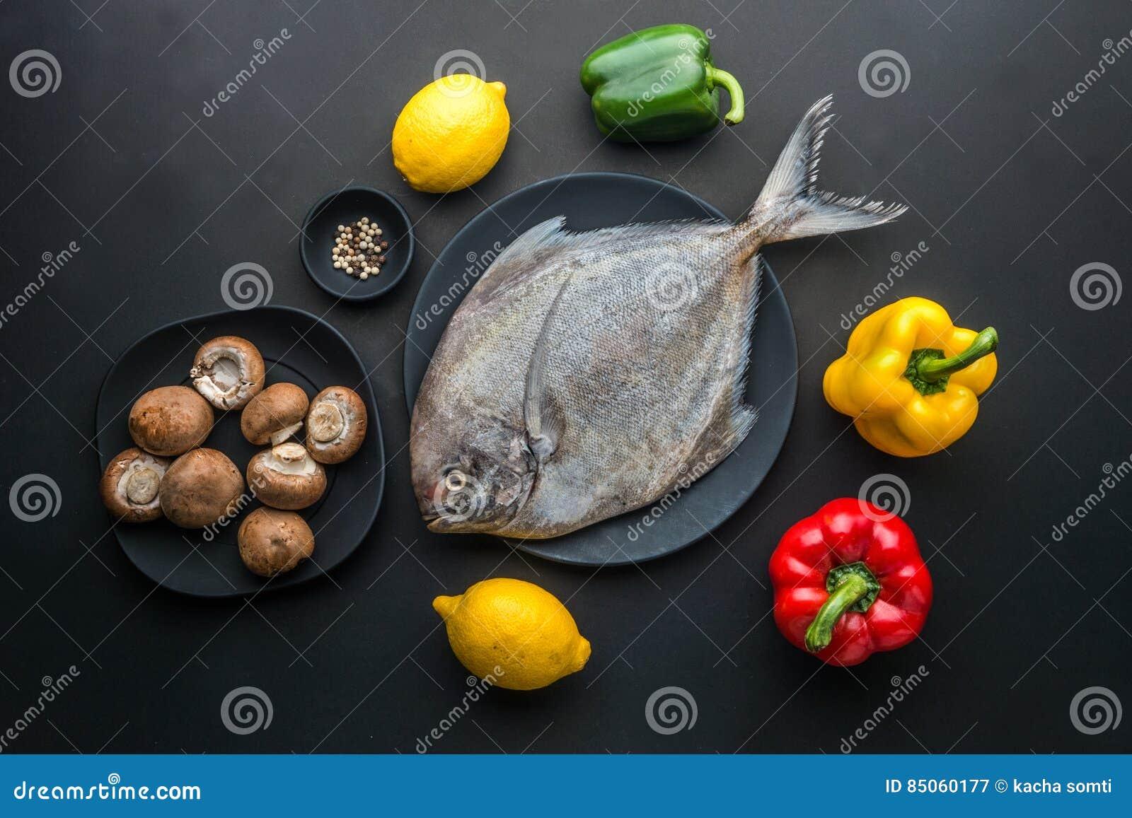 Peschi su un piatto e guarnisca la tavola di legno